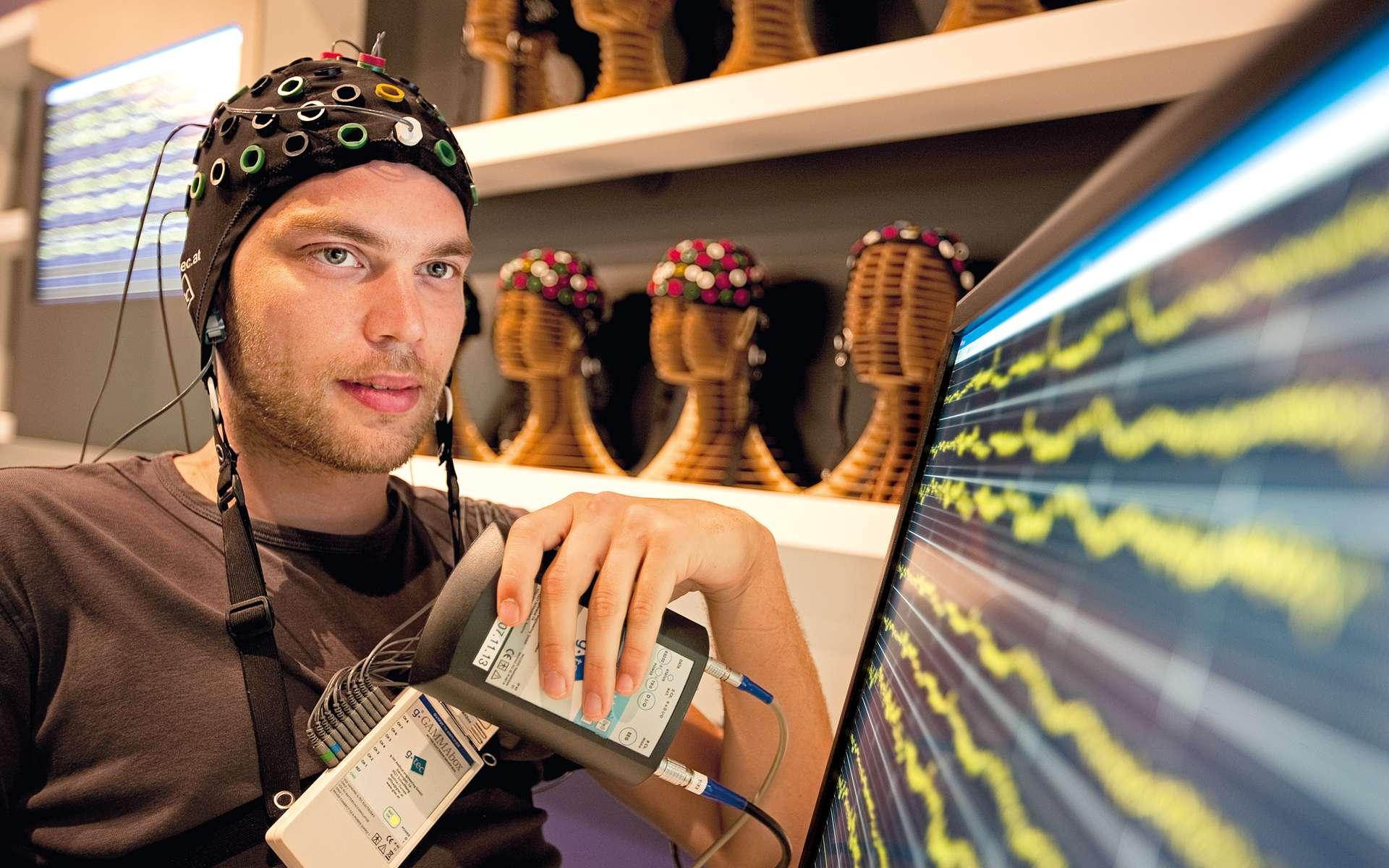 Les électrodes peuvent servir à enregistrer l'activité électrique du cerveau humain. © Ars Electronica, Flickr, CC by-nc-nd 2.0