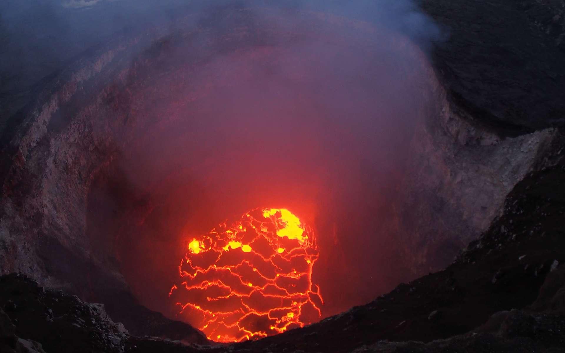 Le lac de lave dans le cratère Overlook du Kilauea, le volcan le plus actif du monde. © USGS