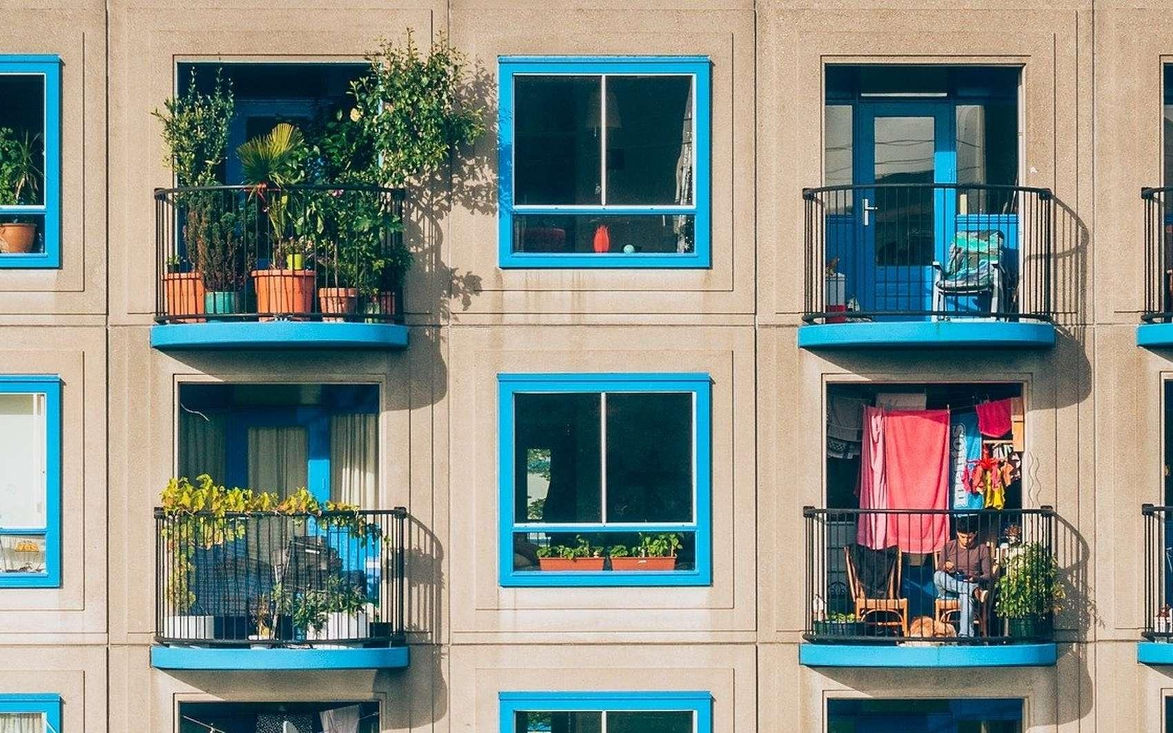 Chacun aménage son balcon comme il le souhaite : certains le préfèrent basique tandis que d'autres optent pour une importante végétation. © Pixabay