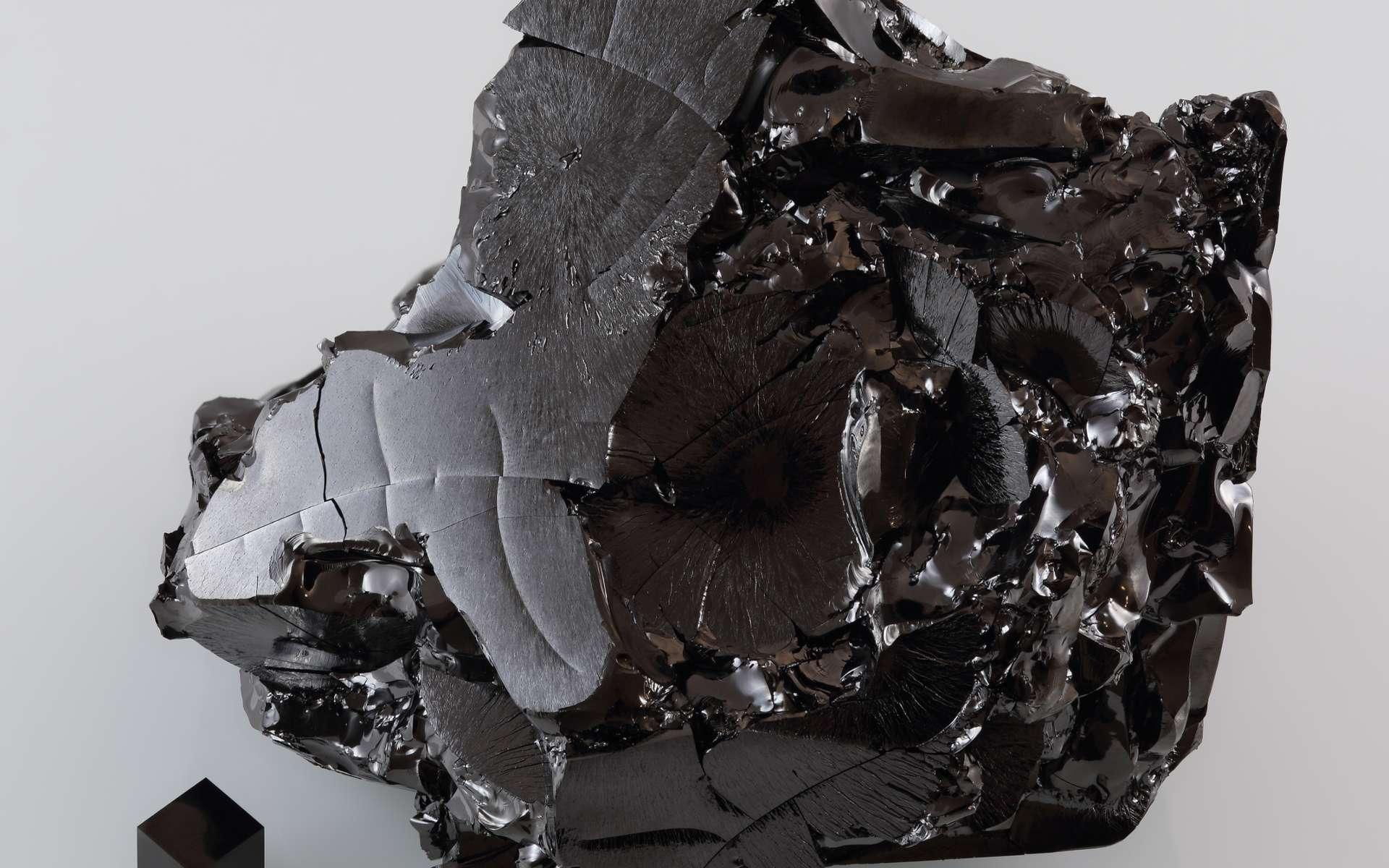 Comme le verre, le carbone vitreux est non cristallin. Il présente un important désordre structural. Ici, du carbone vitreux avec, en bas, à gauche, un cube de graphite. © Alchemist-hp, Wikipédia, CC by-nc-nd 3.0