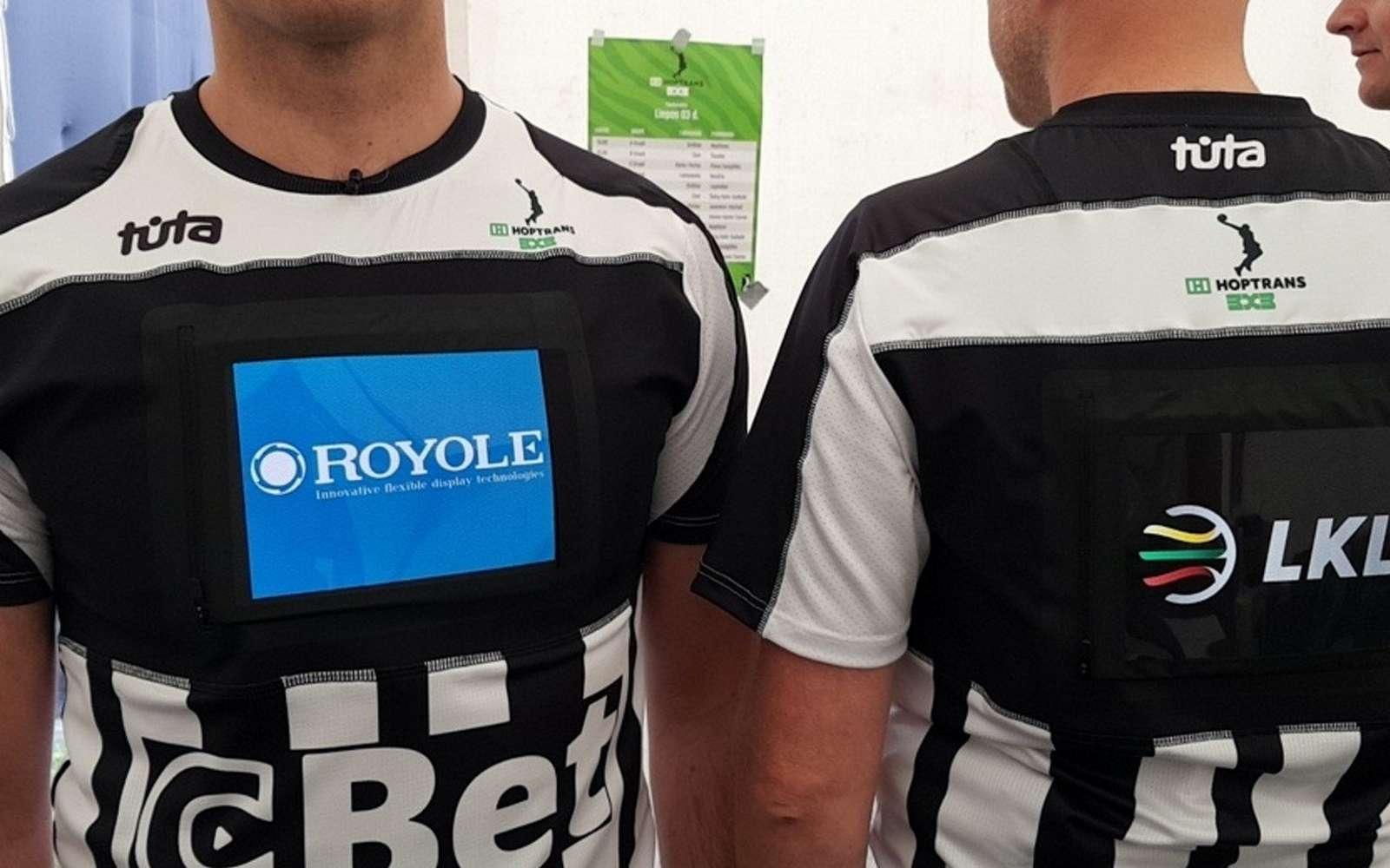 Royole et Tūta ont créé des maillots pour arbitres avec un écran flexible intégré. © Royole