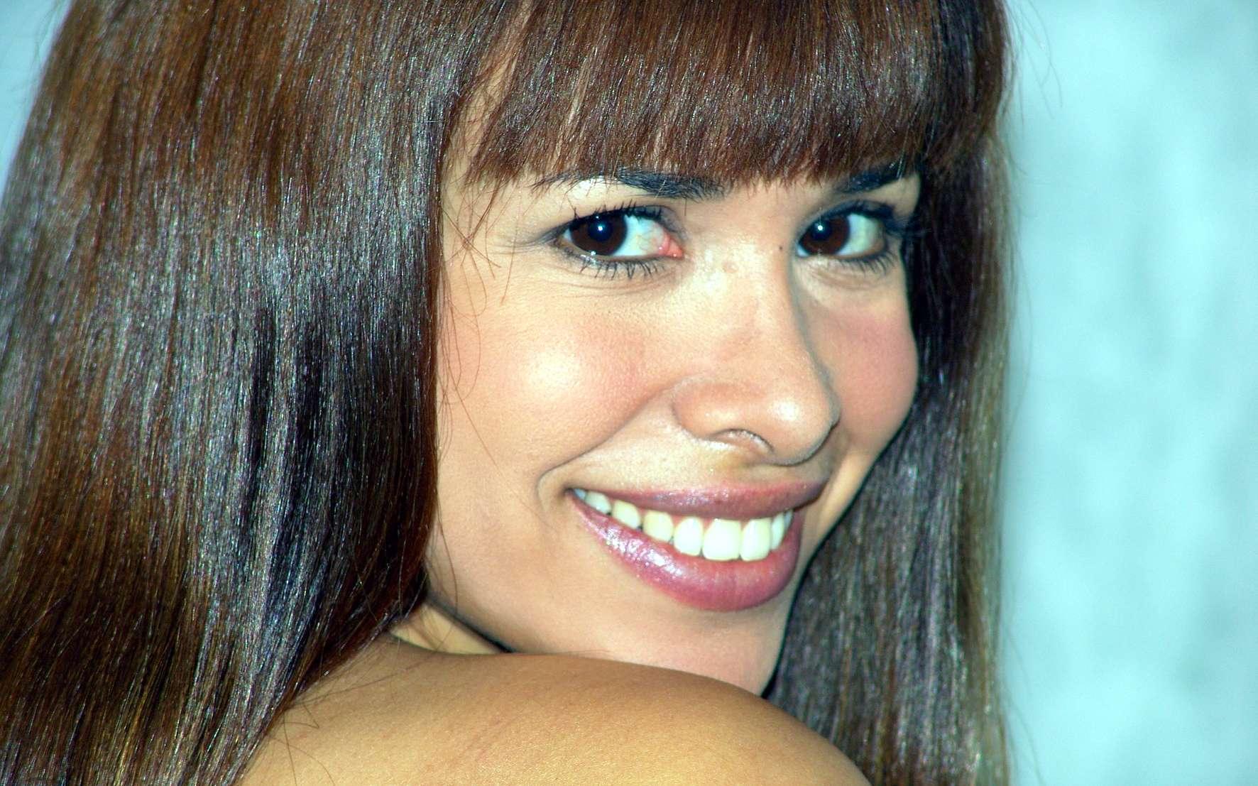 Le sourire contribue à la communication, au même titre que les autres expressions faciales. Différentes études ont même montré que voir quelqu'un sourire rendait le spectateur plus heureux. Il est donc important de garder un beau sourire, et c'est à ça que servent les facettes dentaires. © Sérgio Savarese, Wikipédia, cc by sa 2.0