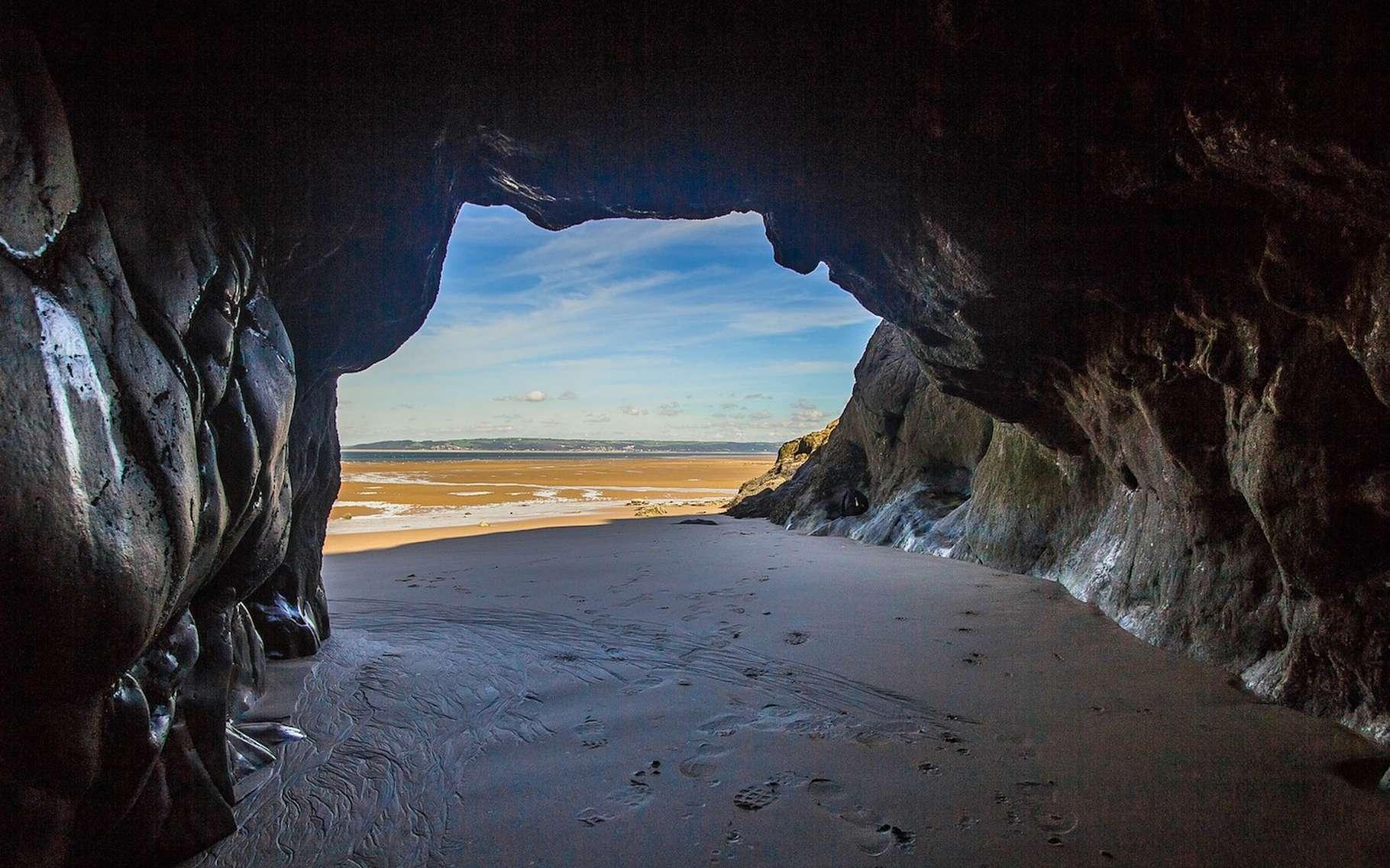 Les grottes sont des cavités souterraines qui peuvent être révélées par la marée. © diego_torres, Pixabay, CC0 Creative Commons