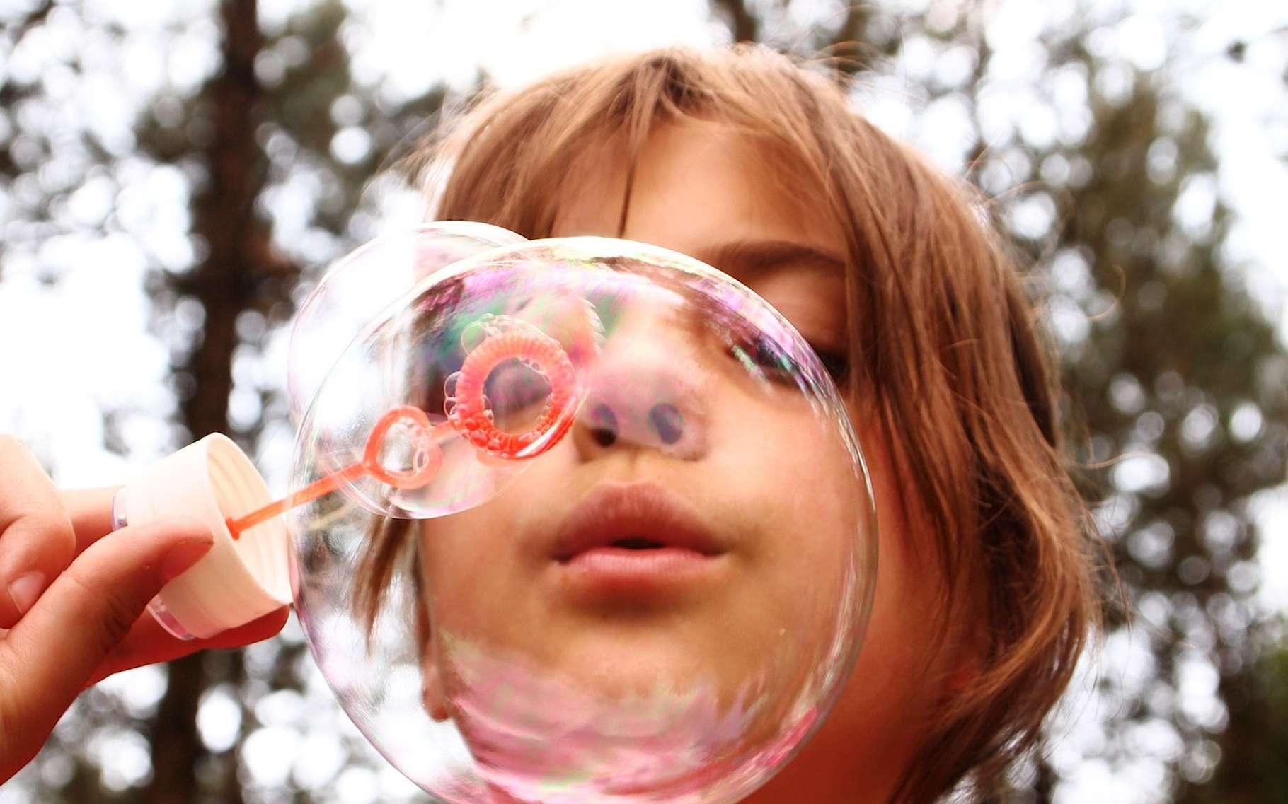 Quand les chercheurs tentent de percer le mystère des bulles de savon, ils aboutissent à des formules étonnantes, donnant la vitesse de vent nécessaire à souffler une belle bulle en fonction de la taille de la baguette. © Riala, Pixabay, CC0 Creative Commons