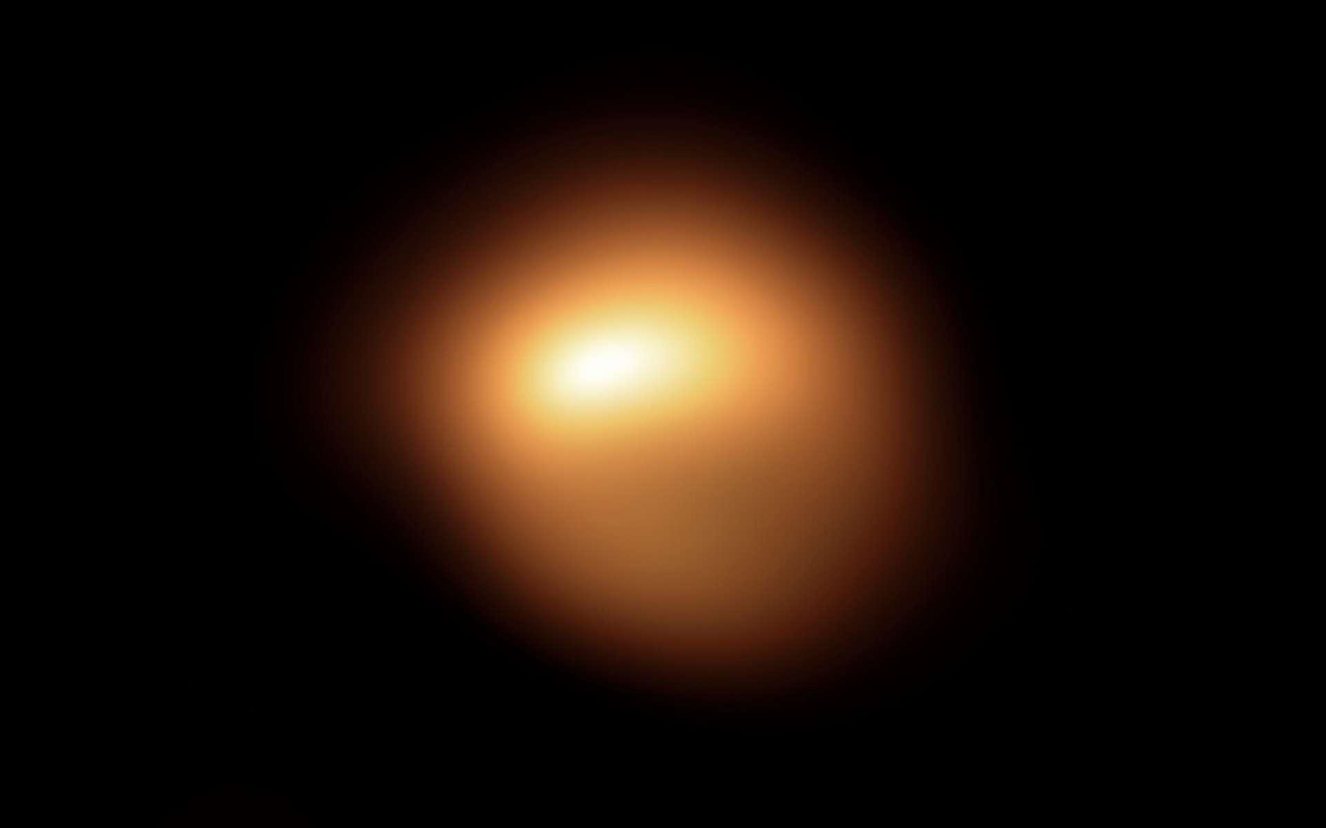 La supergéante rouge Bételgeuse dans la constellation d'Orion subit une baisse de luminosité sans précédent. Cette surprenante image de la surface de l'étoile acquise en fin d'année dernière au moyen de l'instrument Sphere qui équipe le Very Large Telescope de l'ESO, est l'une des toutes premières obtenues dans le cadre d'une campagne d'observations visant à comprendre la raison de l'affadissement de l'étoile. Une rapide comparaison avec l'image acquise au mois de janvier 2019 montre combien l'étoile a vu sa luminosité décroître et sa forme apparente varier. © ESO, M. Montargès et al.