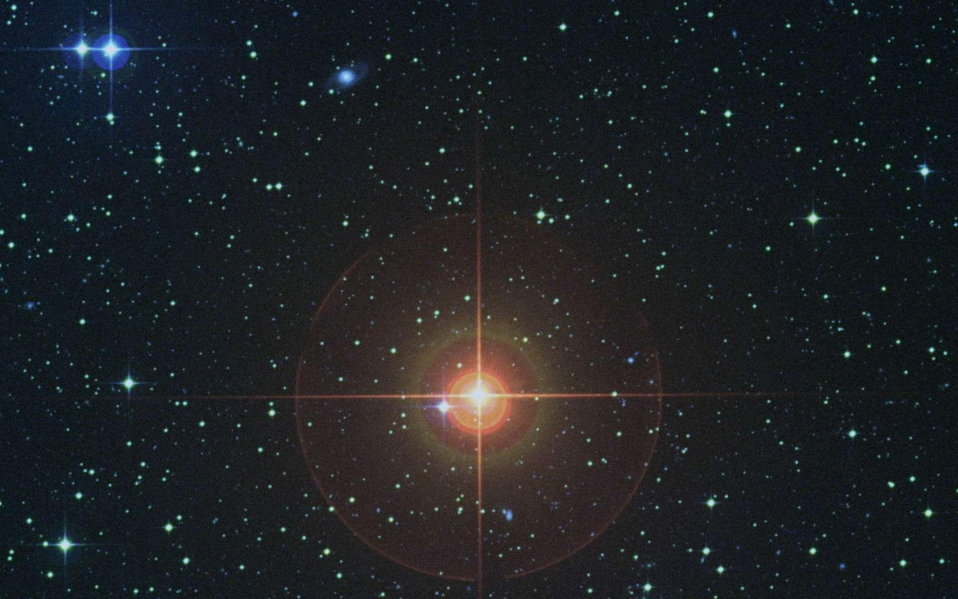 À la fin de sa vie, le Soleil ressemblera à la géante rouge W Hydrae. © Digitized Sky Survey