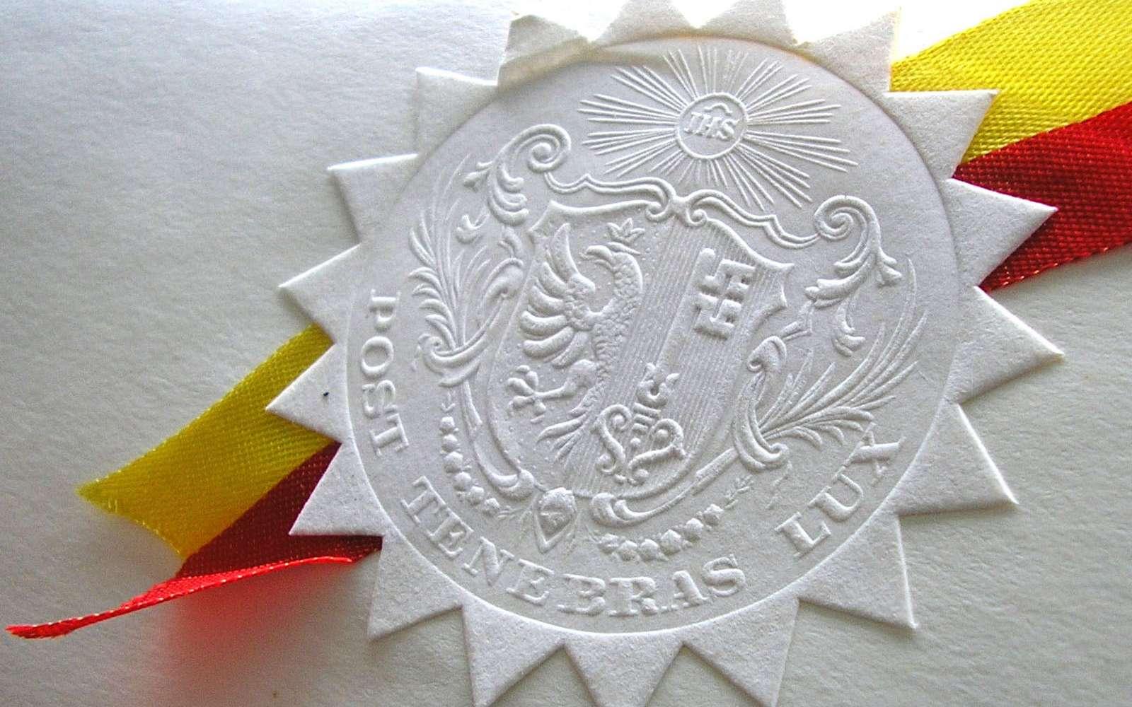 Le gaufrage, ou embossage, consiste à imprimer un relief sur du carton. © MHM55, Wikimedia Commons, CC by-sa 3.0
