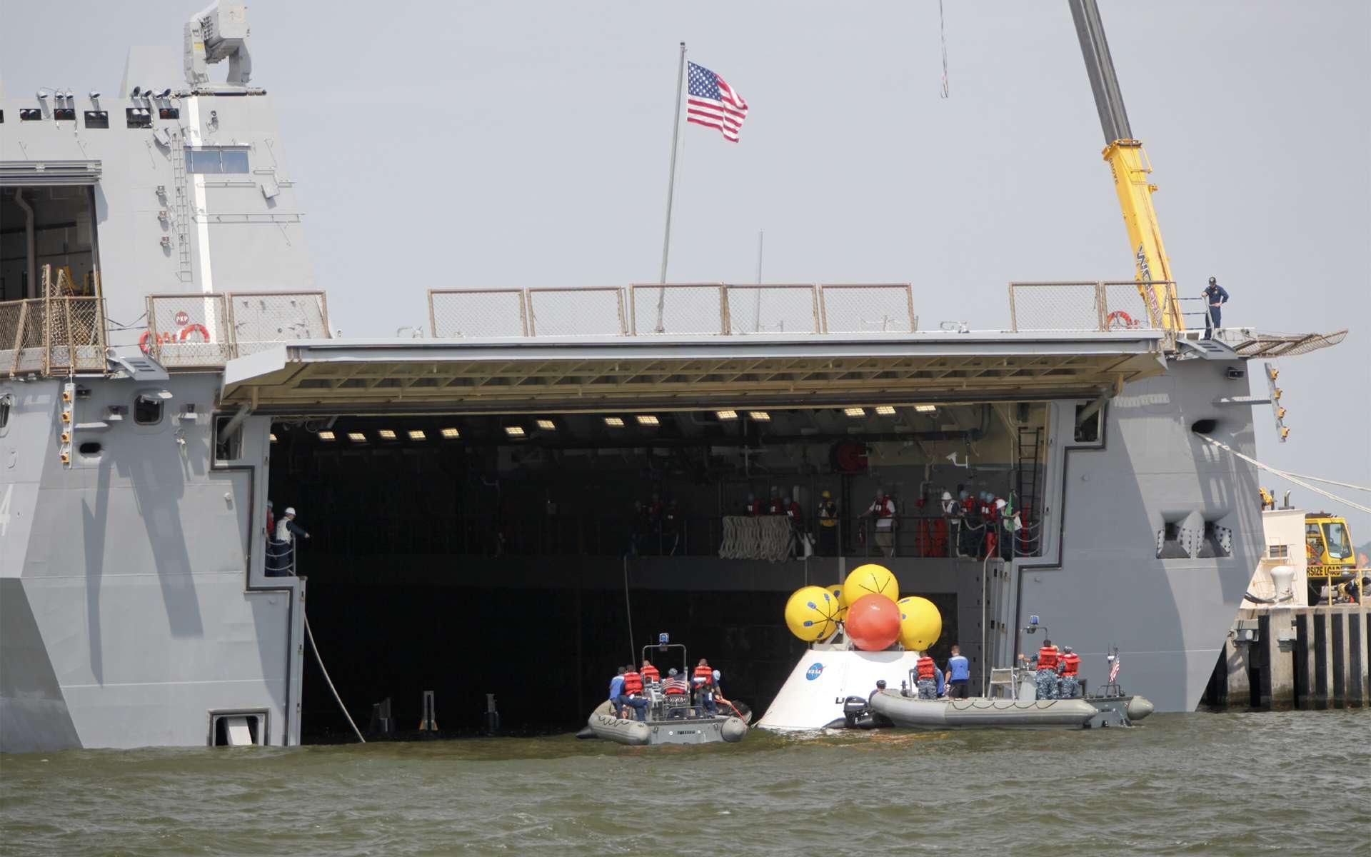La Nasa utilise les installations de la base navale de Norfolk pour apprendre, avec les marins américains, à récupérer la capsule Orion. Lors de missions habitées, c'est l'US Navy qui sera chargée de la récupération de la capsule de retour d'orbite. © Nasa