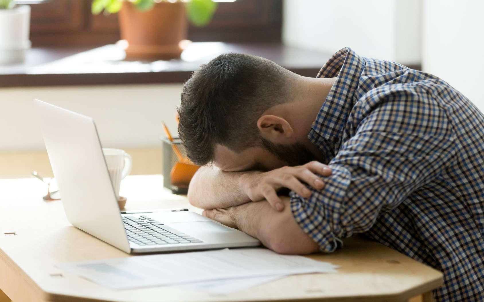 La narcolepsie est un trouble neurologique qui se caractérise par des envies rapides et irrépressibles de dormir. © fizkes, Fotolia