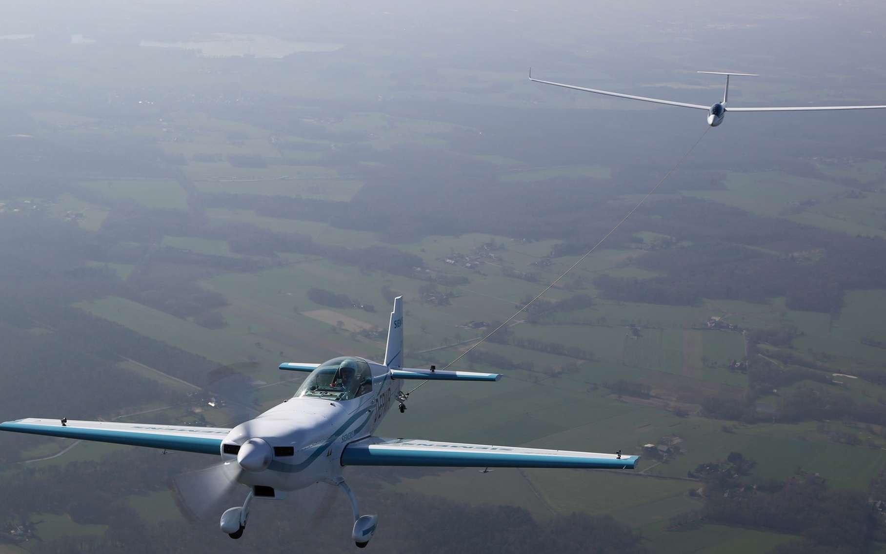 Voici l'avion électrique Extra 330 LE équipé du moteur électrique Siemens en train de tracter un planeur. Une première pour ce type d'appareil. © Jean-Marie Urlacher, Siemens