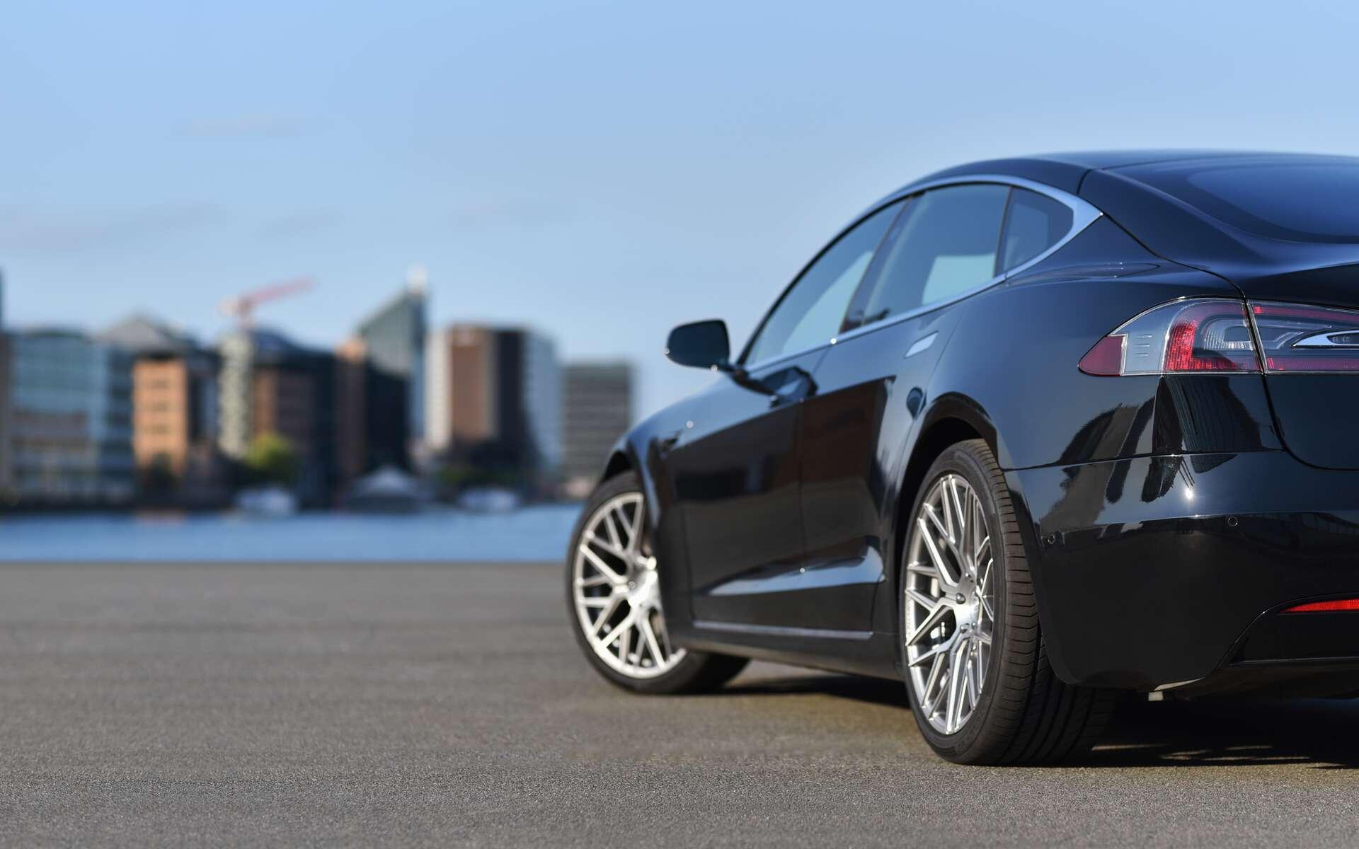 Un véhicule hybride fonctionne avec un moteur thermique et un moteur électrique. © Oleksandr, Adobe Stock