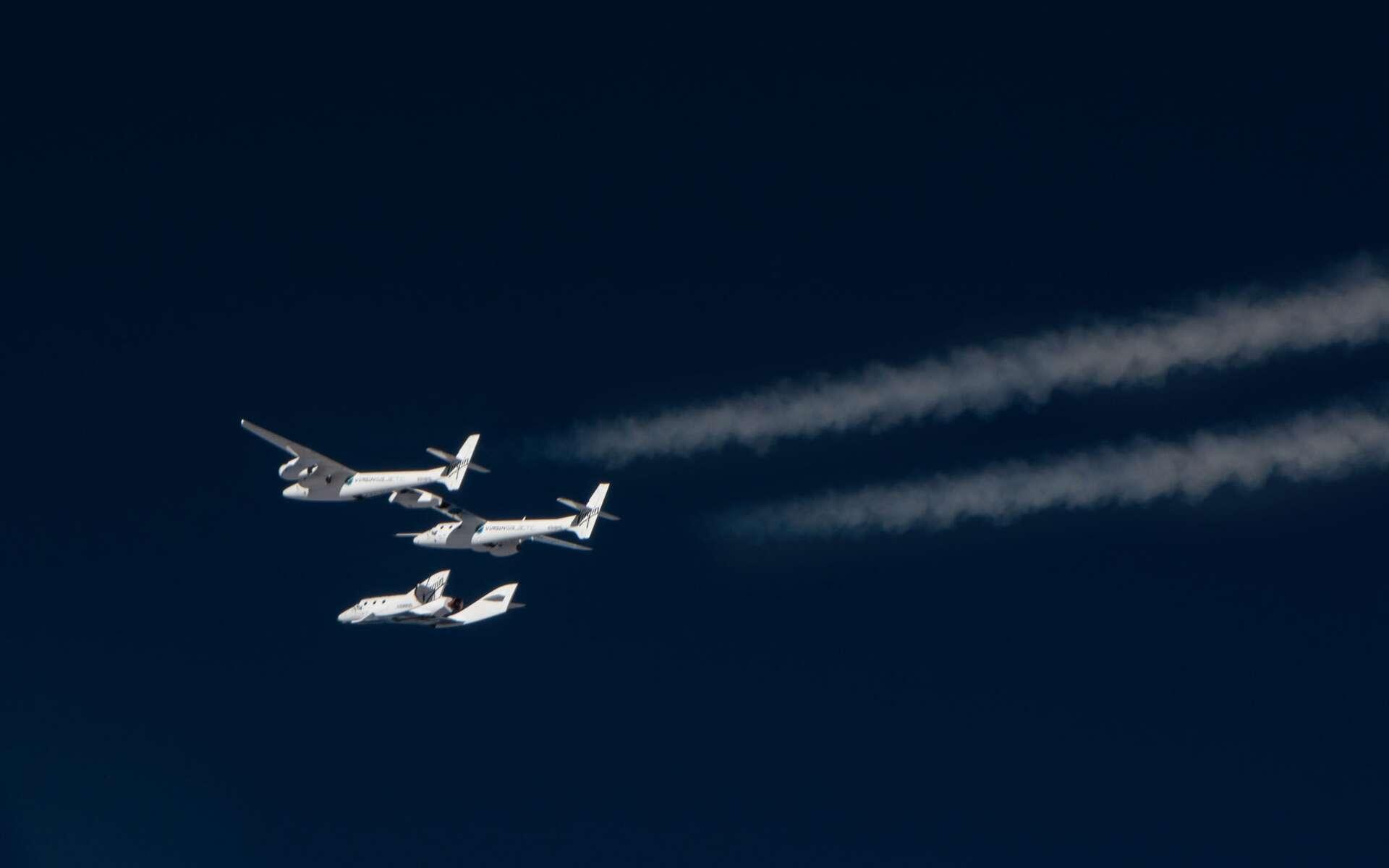 Le SpaceShipTwo sera lancé depuis le White Knight 2, un avion de 43 m d'envergure, l'emportant sous la voilure centrale jusqu'à une vingtaine de kilomètres d'altitude où s'effectuera la séparation des deux engins. Le SpaceShipTwo utilisera alors son propre système de propulsion pour rejoindre l'espace. © Virgin Galactic