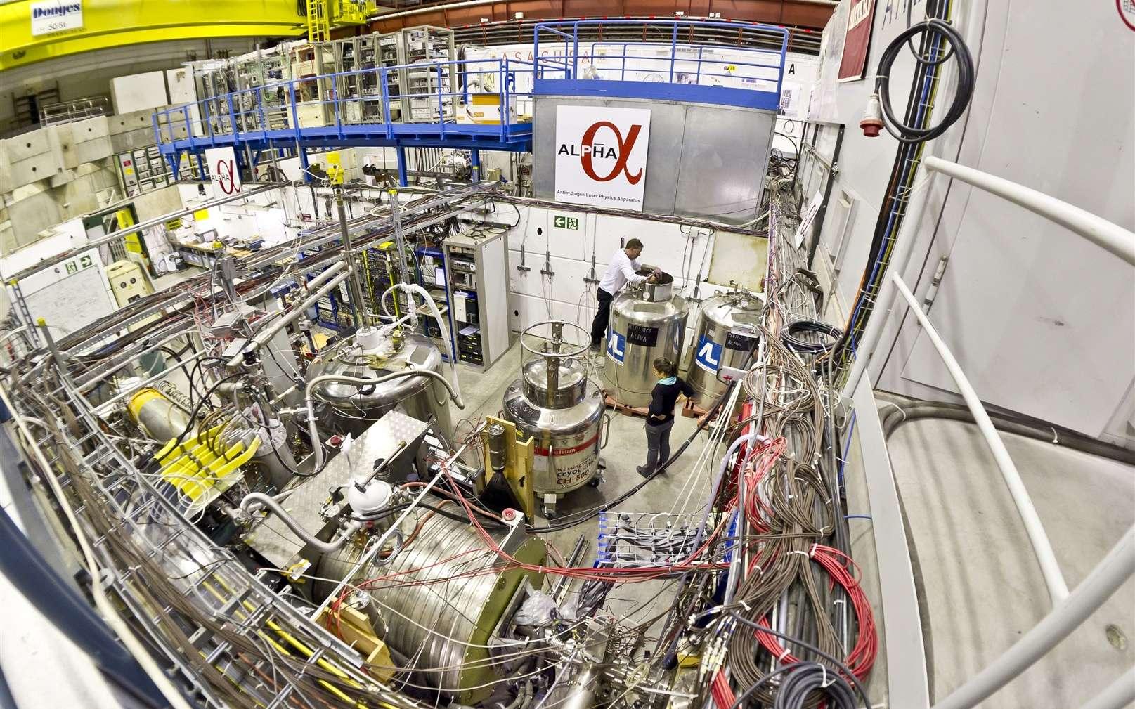 Une vue générale de l'expérience Alpha (Antihydrogen Laser Physics Apparatus) au Cern. On espère qu'elle permettra de comprendre pourquoi l'univers observable contient plus de matière que d'antimatière, alors que les lois connues de la physique exigent leur création en quantités rigoureusement égales pendant le Big Bang. Avec Alpha, les physiciens traquent d'éventuelles différences entre les atomes d'hydrogène et d'antihydrogène. © Maximilien Brice, Cern
