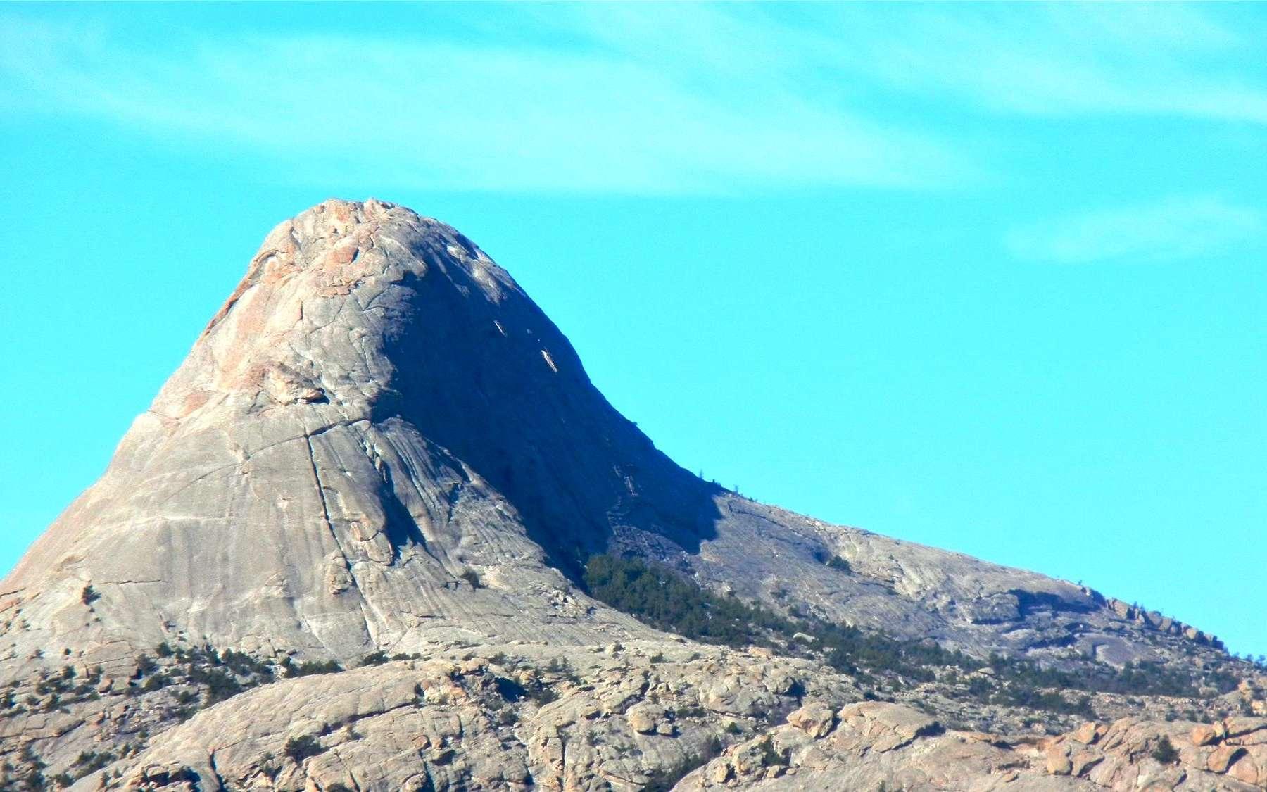 Les supervolcans sont-ils une nouvelle source de lithium ? Ici, le dôme Lankin, au Wyoming (à l'ouest des États-Unis). Ce massif de granite a cristallisé il y a environ 2,62 milliards d'années et fait partie d'un « batholite ». Bien que l'hypothèse soit controversée, les batholites pourraient être des restes de chambres magmatiques de supervolcans. © Andrew Carson
