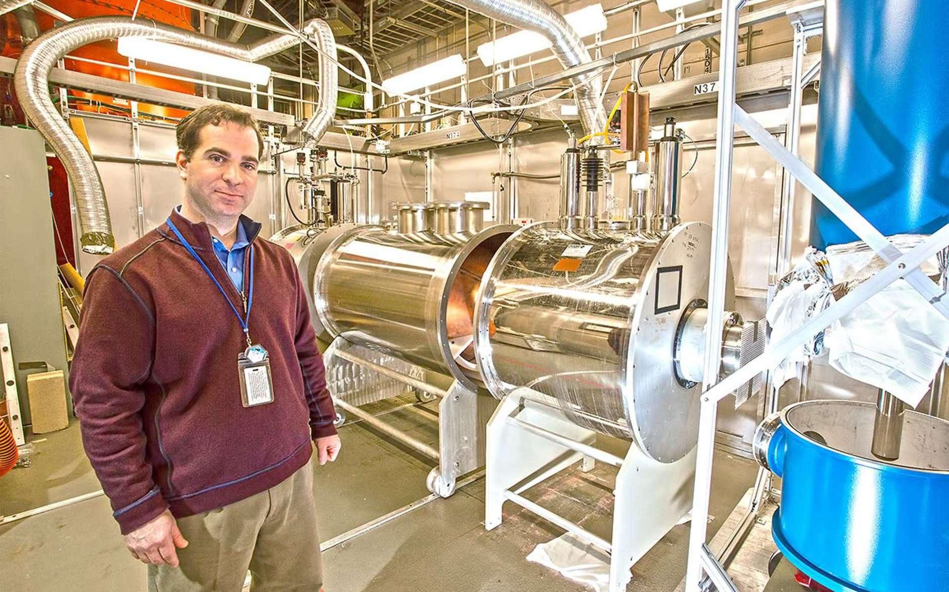 Chris Tully, physicien à Princeton, se trouve dans le laboratoire Ptolemy du laboratoire de physique des plasmas de Princeton. © Elle Starkman, PPPL Communications