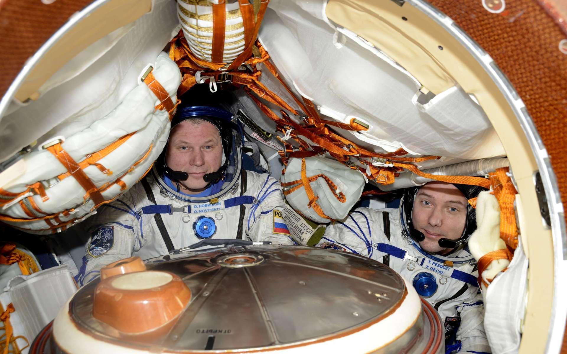 Oleg Novitskiy et Thomas Pesquet à bord de la capsule Soyouz qui les redescendra sur Terre. © ESA, Nasa