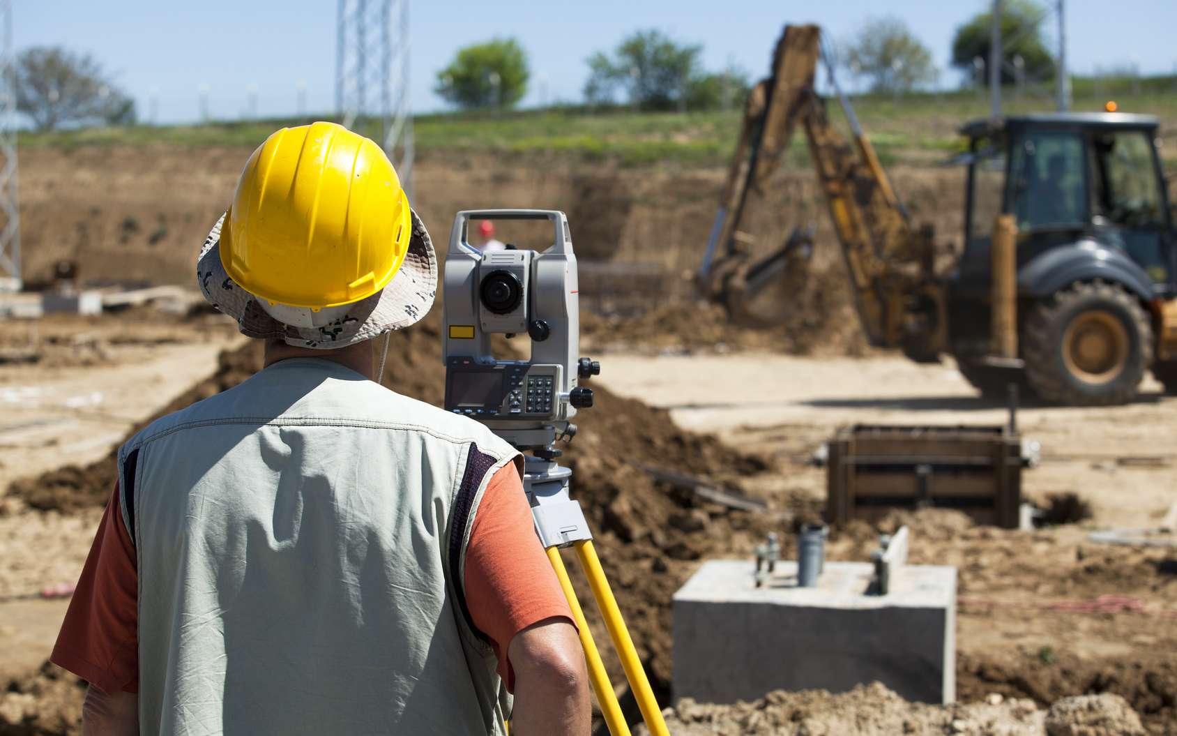Le géomètre-topographe est présent sur le terrain dès qu'il y a un projet de chantier ou de construction. © wellphoto, Fotolia.