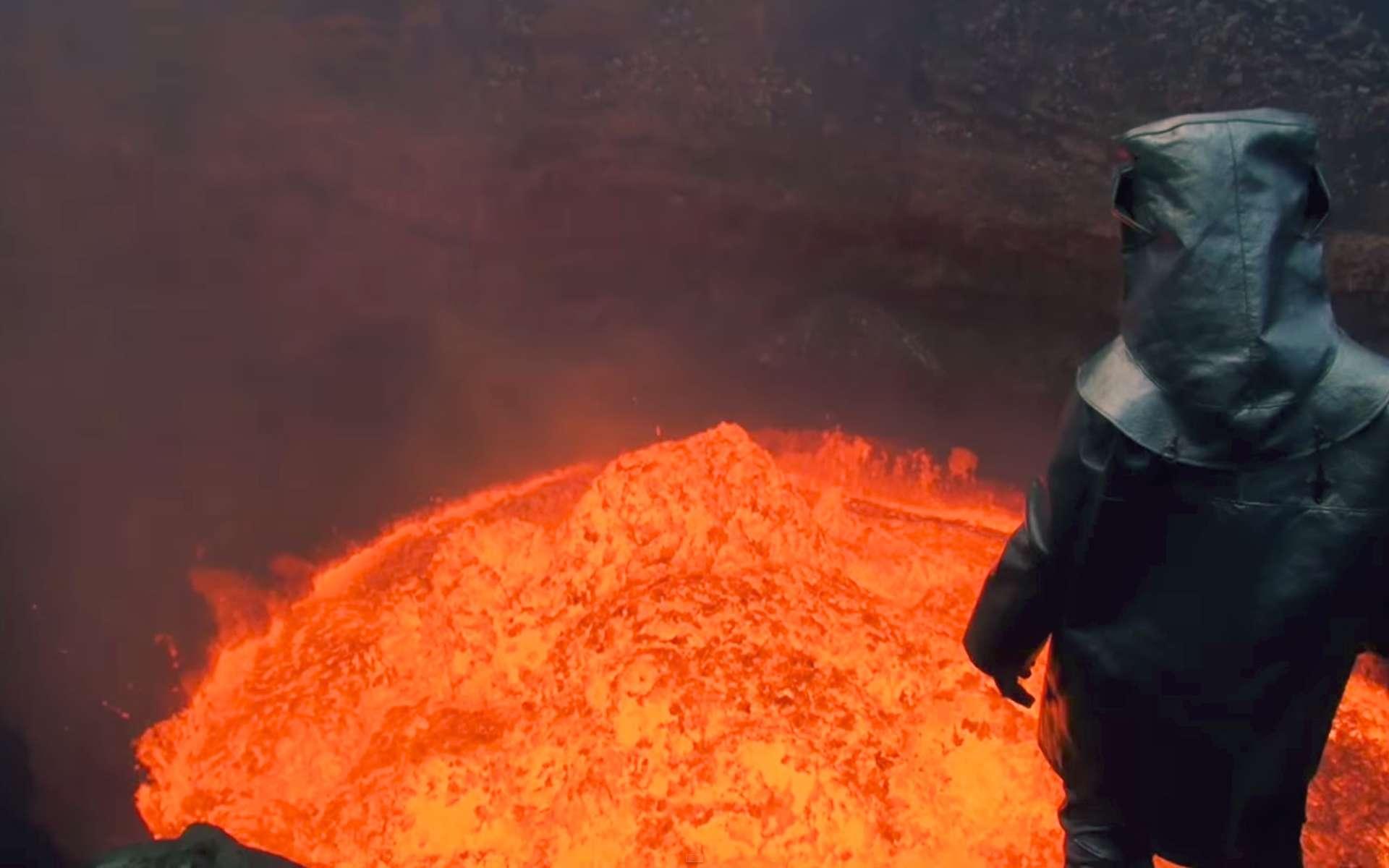 L'aventurier Geoff Mackley, the Dangerman, comme on le surnomme, semble absorbé dans ses réflexions face à la fournaise du bouillonnement de lave. © Sam Cossman