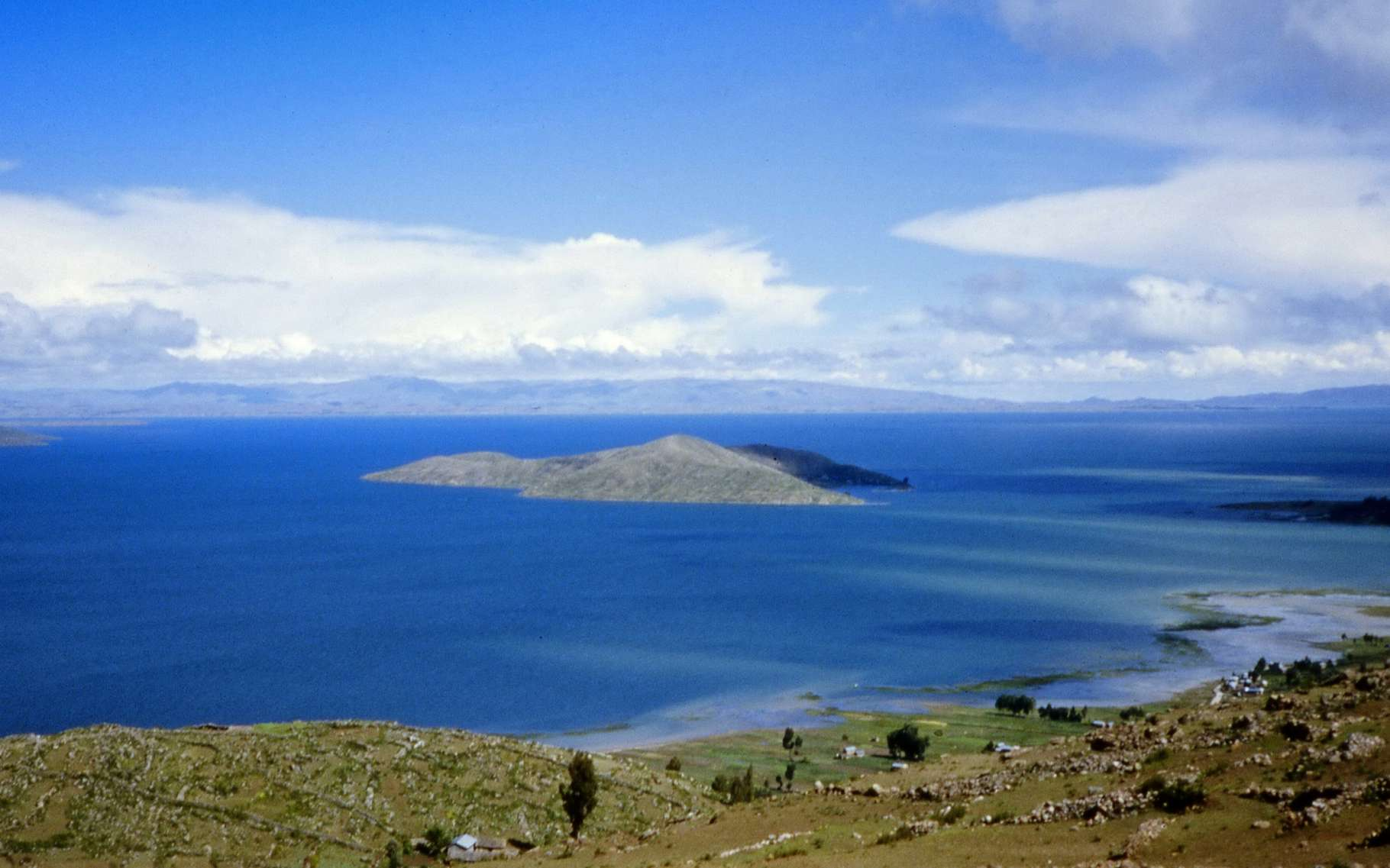 Avec ses 8.500 km2, le lac Titicaca, chevauchant la frontière entre le Pérou et la Bolivie, est l'un des plus grands d'Amérique du Sud. Situé en pleine montagne, à plus de 3.600 m d'altitude, il est peuplé depuis les Incas. Aujourd'hui, plusieurs millions de personnes vivent sur son bassin versant et les eaux qui s'y déversent sont loin d'être toutes traitées. © Viault, GNU Free Documention License