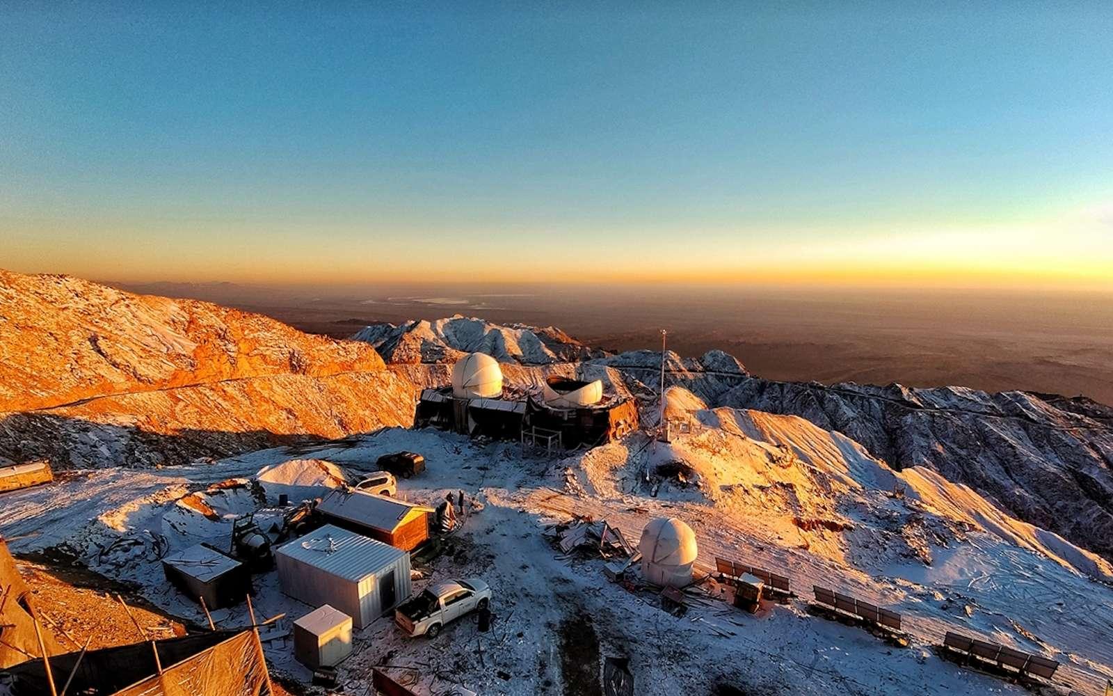 Les travaux de construction au sommet de la montagne de Saishiteng. © NAOC
