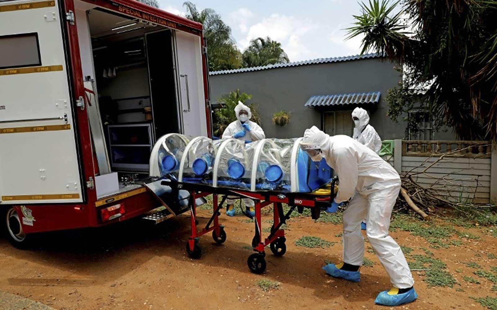 Un homme présentant des symptômes de la Covid-19 est transporté dans une ambulance, le 15 janvier 2021 à Pretoria, en Afrique du Sud. © Phill Magakoe, AFP, Archives