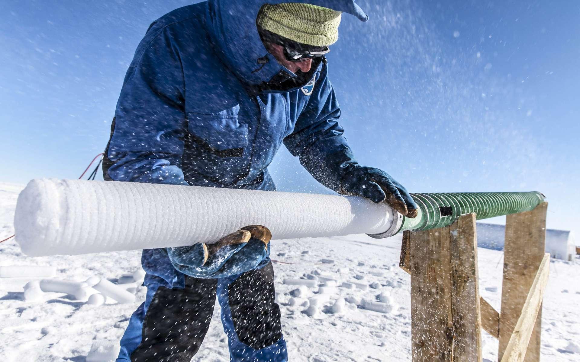 L'expédition Beyond Epica - Oldest Ice (BE-OI) est en voie de pulvériser le record de la plus ancienne carotte de glace du monde, établi à 800.000 ans par le projet Epica précédent, en récupérant une carotte archivant 1,5 million d'années de données climatiques. © Thibaut Vergoz, Institut polaire français, CNRS