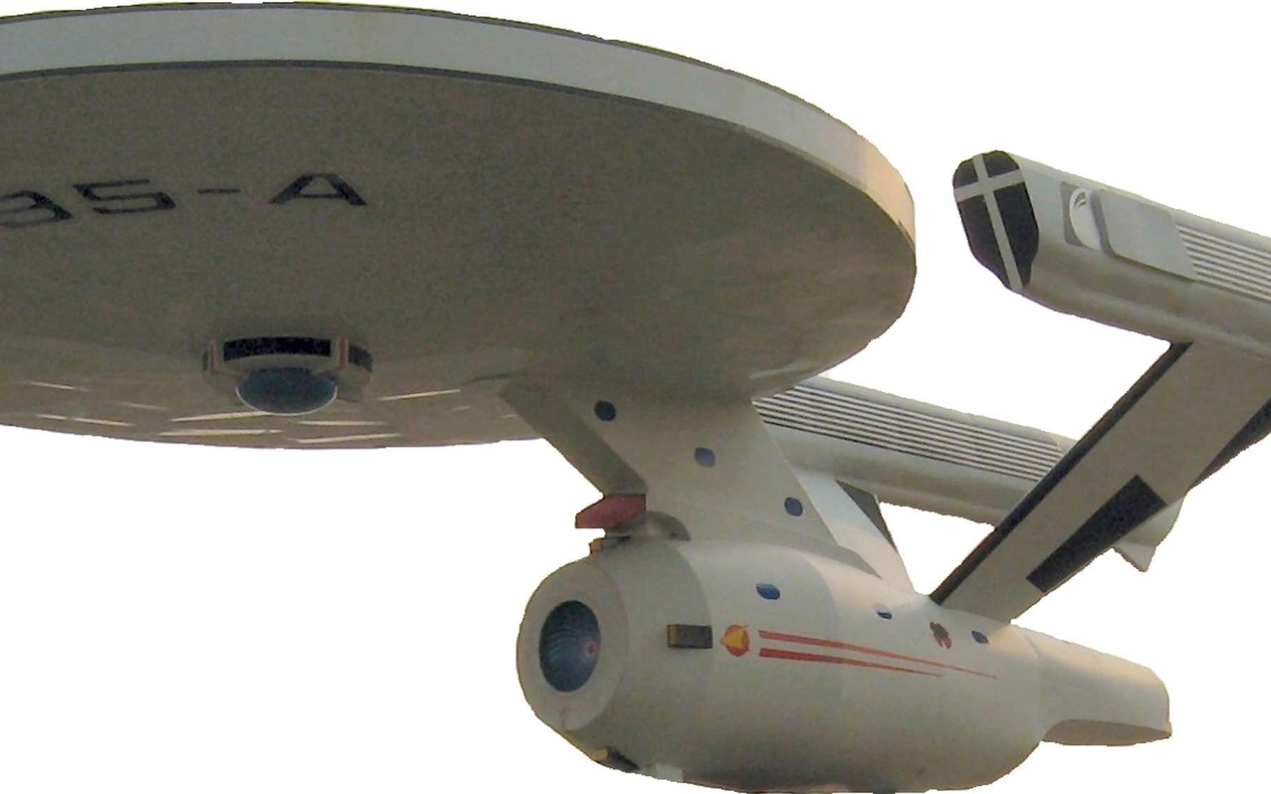 Le vaisseau Enterprise de la saga Star Trek est plus primitif que l'EM Drive : il doit embarquer de la matière éjectée à grande vitesse sous forme de plasma. Dans son livre La physique de Star Trek, le physicien Lawrence M. Krauss a calculé la quantité pour atteindre la moitié de la vitesse de la lumière (0,5 c) : 81 fois la masse à vide de ce vaisseau. Pour pouvoir décélérer ensuite de 0,5 c, il faudrait donc, au total, 81 x 82 fois (soit 6.642) la masse de l'Enterprise. En supprimant cette masse à éjecter, l'EM Drive changerait vraiment la donne ! © dave_7 et El Carlos, CC by 3.0