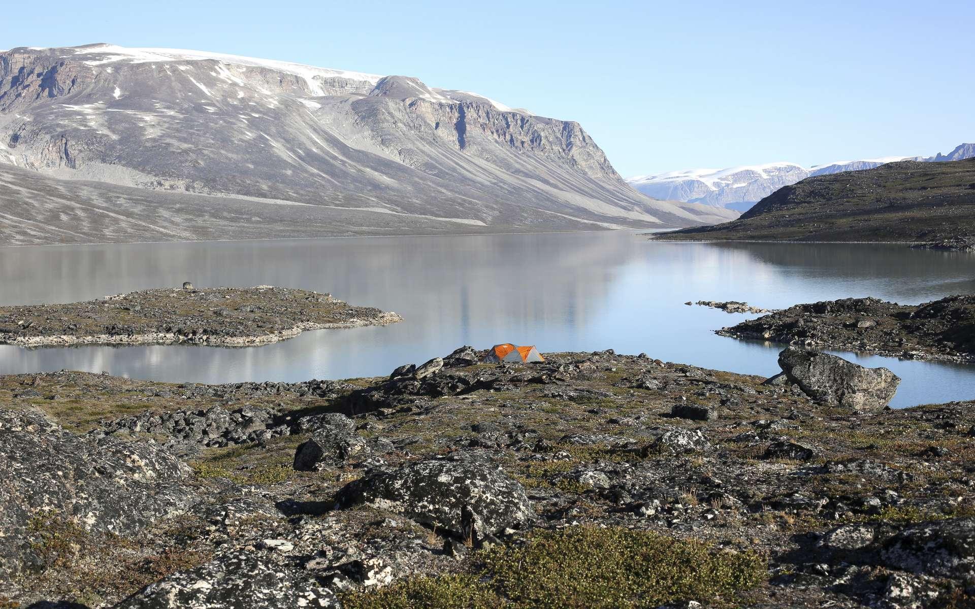 Les scientifiques de l'université de Buffalo (États-Unis) ont parcouru les régions éloignées du Groenland pour collecter des échantillons de roche et de boue du fond des lacs. Ils fournissent des indices sur les marges anciennes de la calotte glaciaire. © Jason Briner, Université de Buffalo