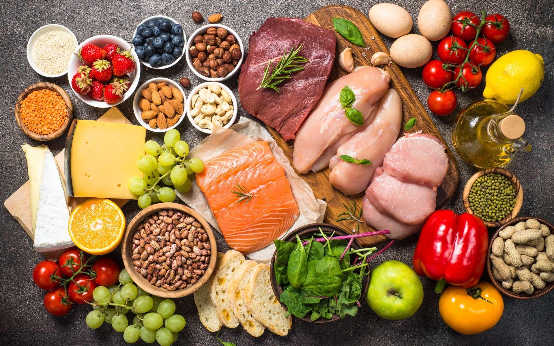 L'alimentation joue un rôle important dans la composition du microbiote intestinal. En effet, à partir des aliments consommés, les bactéries intestinales produisent des composés organiques, les métabolites, qui peuvent avoir un impact sur la santé. © nadianb, Adobe Stock