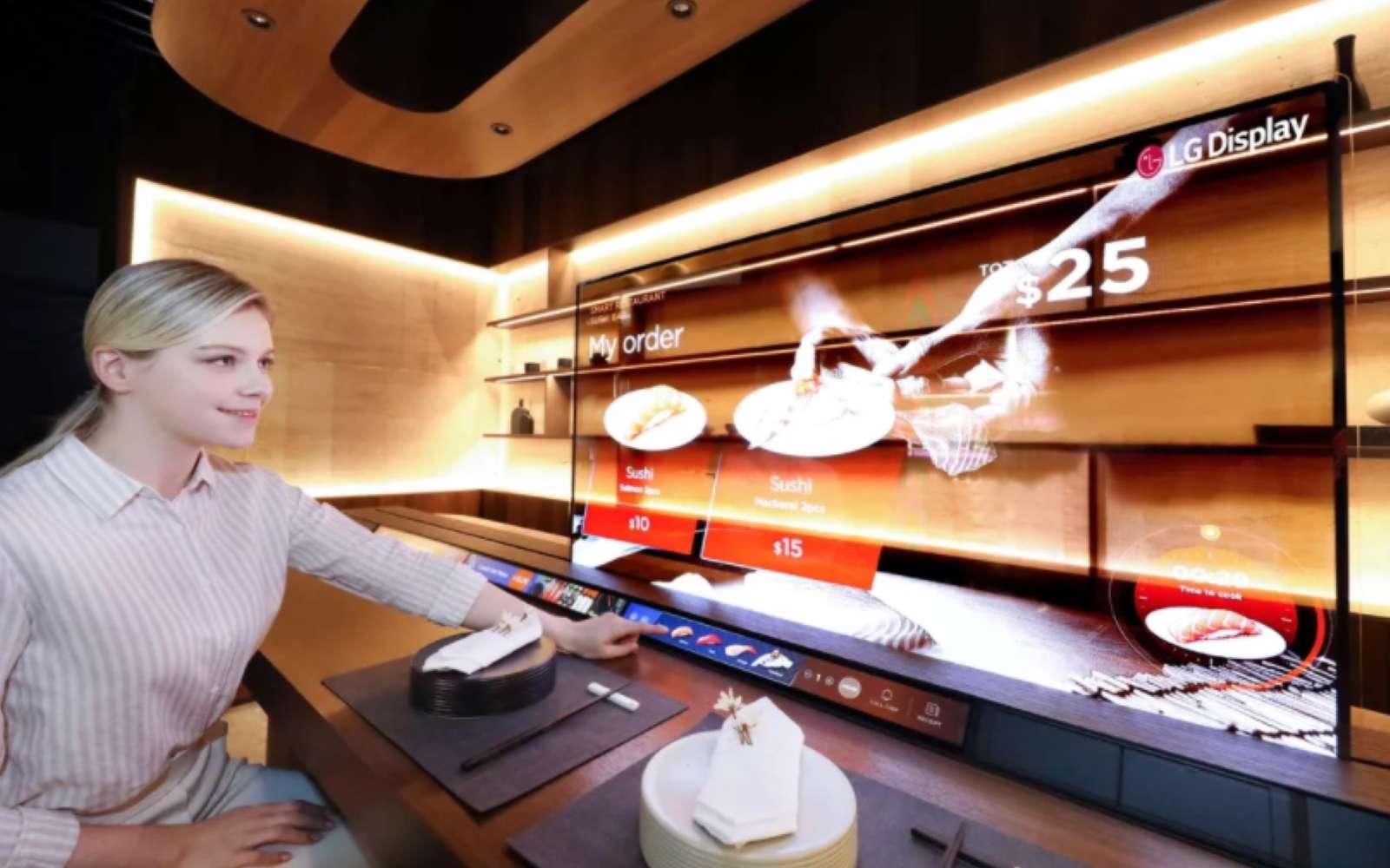 Un bar à sushis dans lequel l'écran permet d'afficher des menus sans pour autant masquer les préparations du chef. © LG