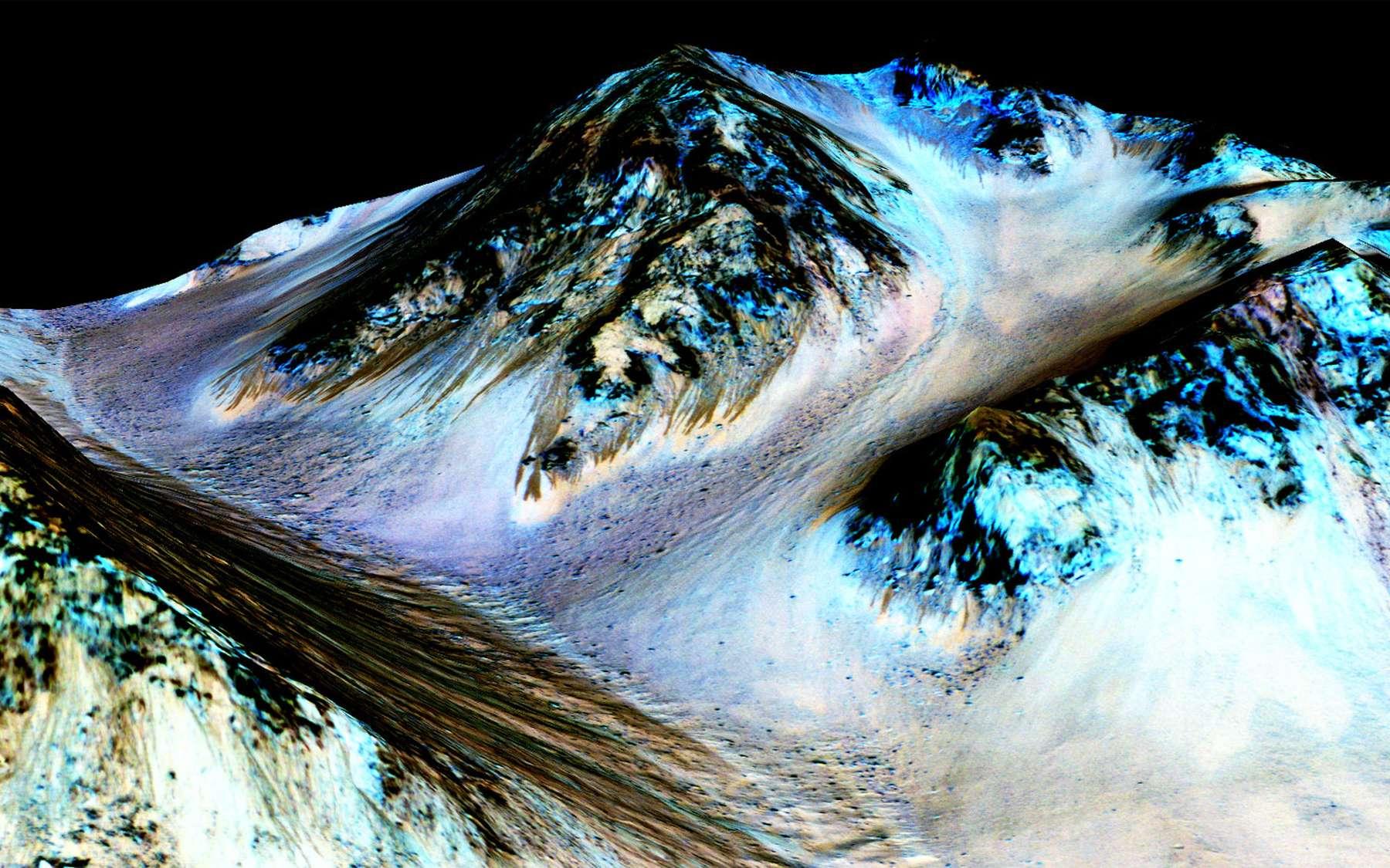 Les stries noires visibles à gauche sur cette image en fausses couleurs ont été formées par des écoulements d'eau salée. C'est ce que démontre une analyse indirecte. © Nasa/JPL, Caltech/Univ. of Arizona