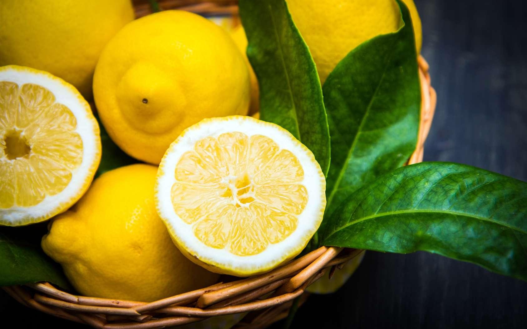 Le citron est une source naturelle de vitamine C. © Lsantilli, Fotolia