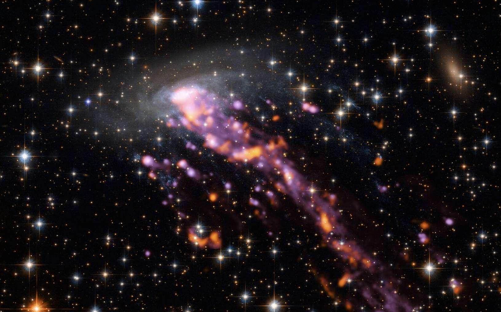 La galaxie-méduse ESO137-001 est représentée ici avec de superbes détails. En utilisant les yeux détaillés d'Alma et du VLT d'ESO, les astronomes ont cartographié les queues intenses d'une méduse cosmique. © ESO