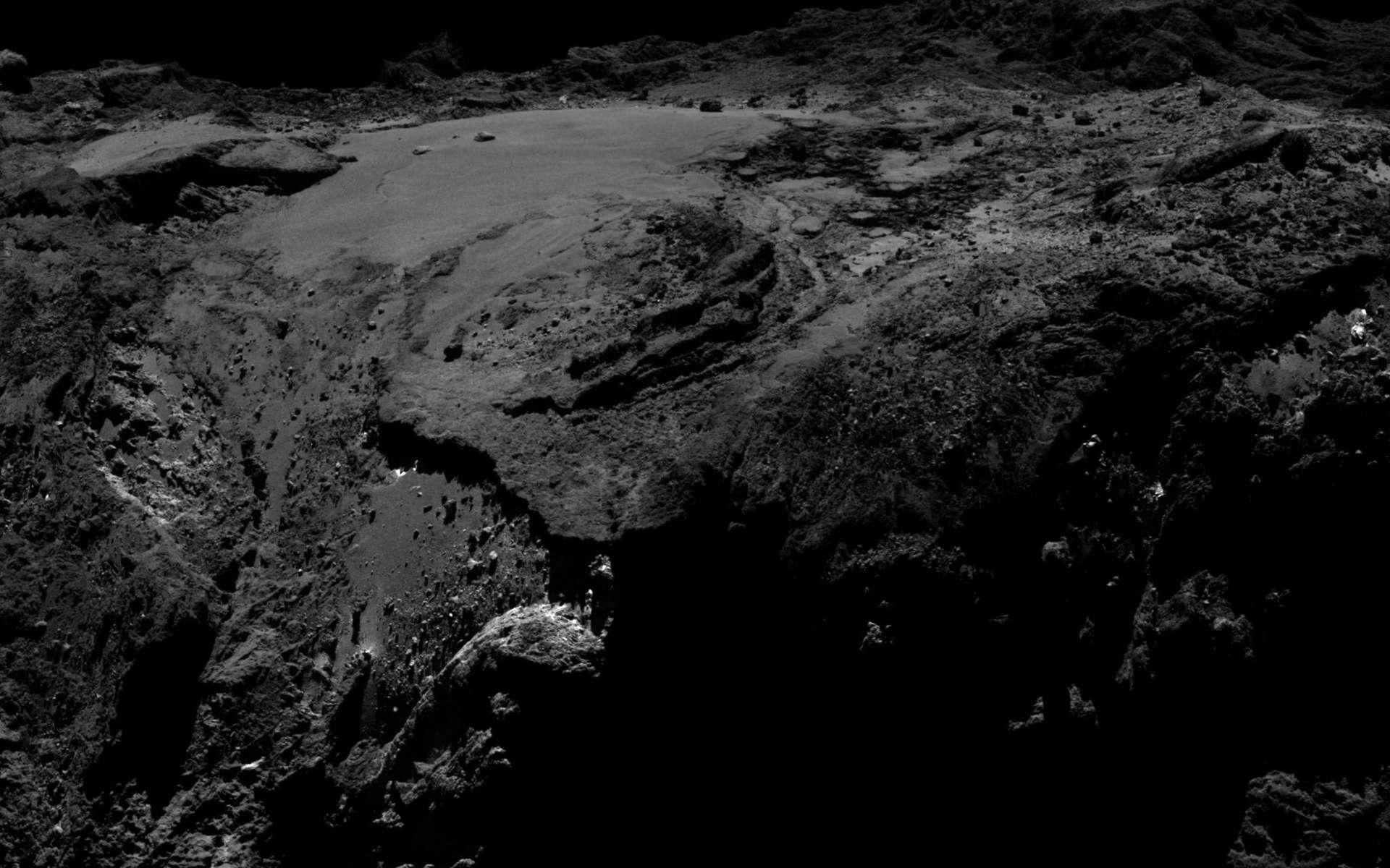 La région d'Imhotep, sur le grand lobe de Tchouri, imagée par Rosetta le 19 mars 2016 à 12 km de la surface. Quelques arpents de glace d'eau exposée ont été observés par la sonde européenne. © ESA/Rosetta/MPS for OSIRIS Team MPS/UPD/LAM/IAA/SSO/INTA/UPM/DASP/IDA