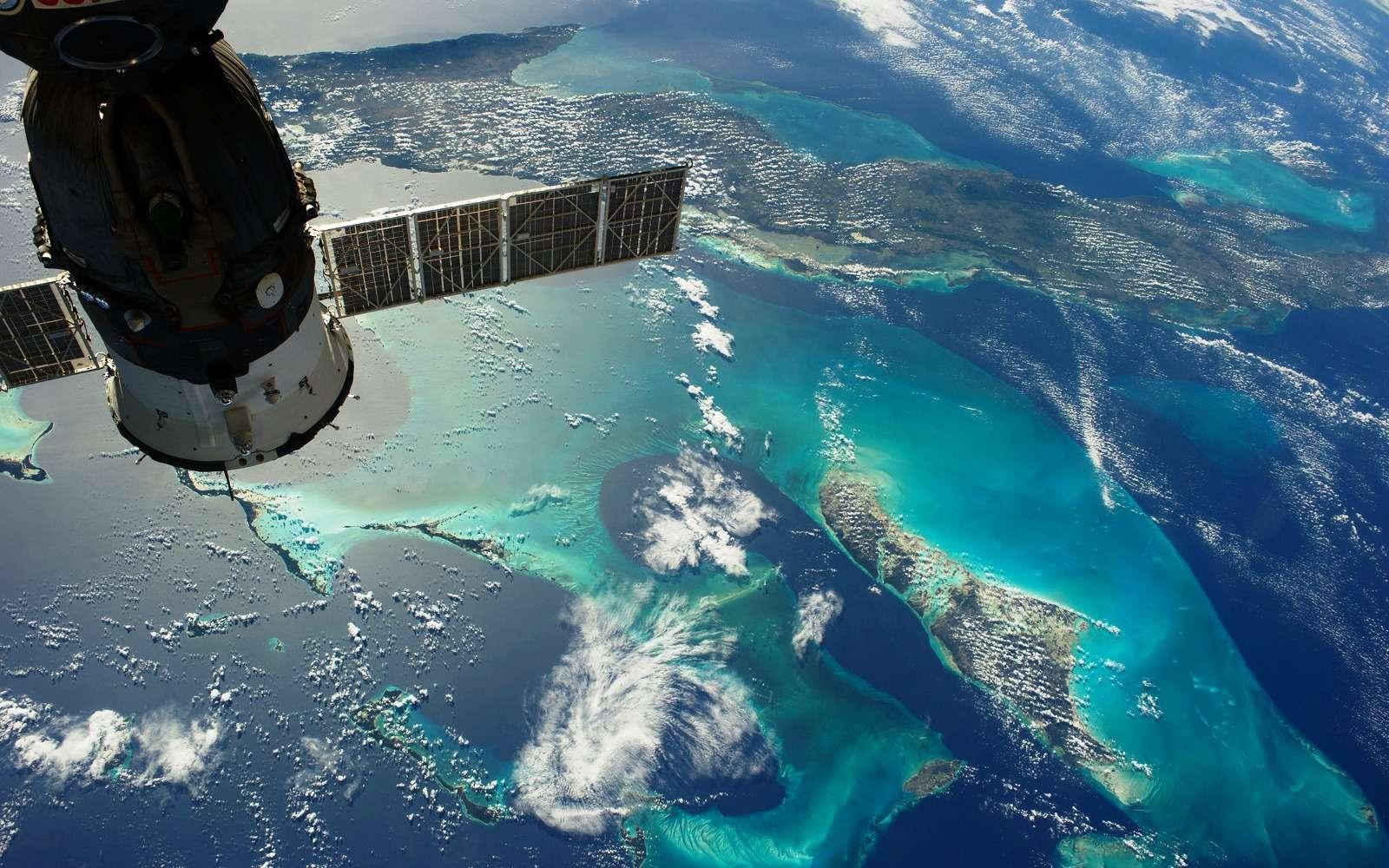 Sur cette photographie prise depuis la Station spatiale internationale on voit en haut Cuba et en bas à droite le Grand Banc des Bahamas. Un cargo russe connecté à l'ISS est visible en haut à gauche. © Nasa