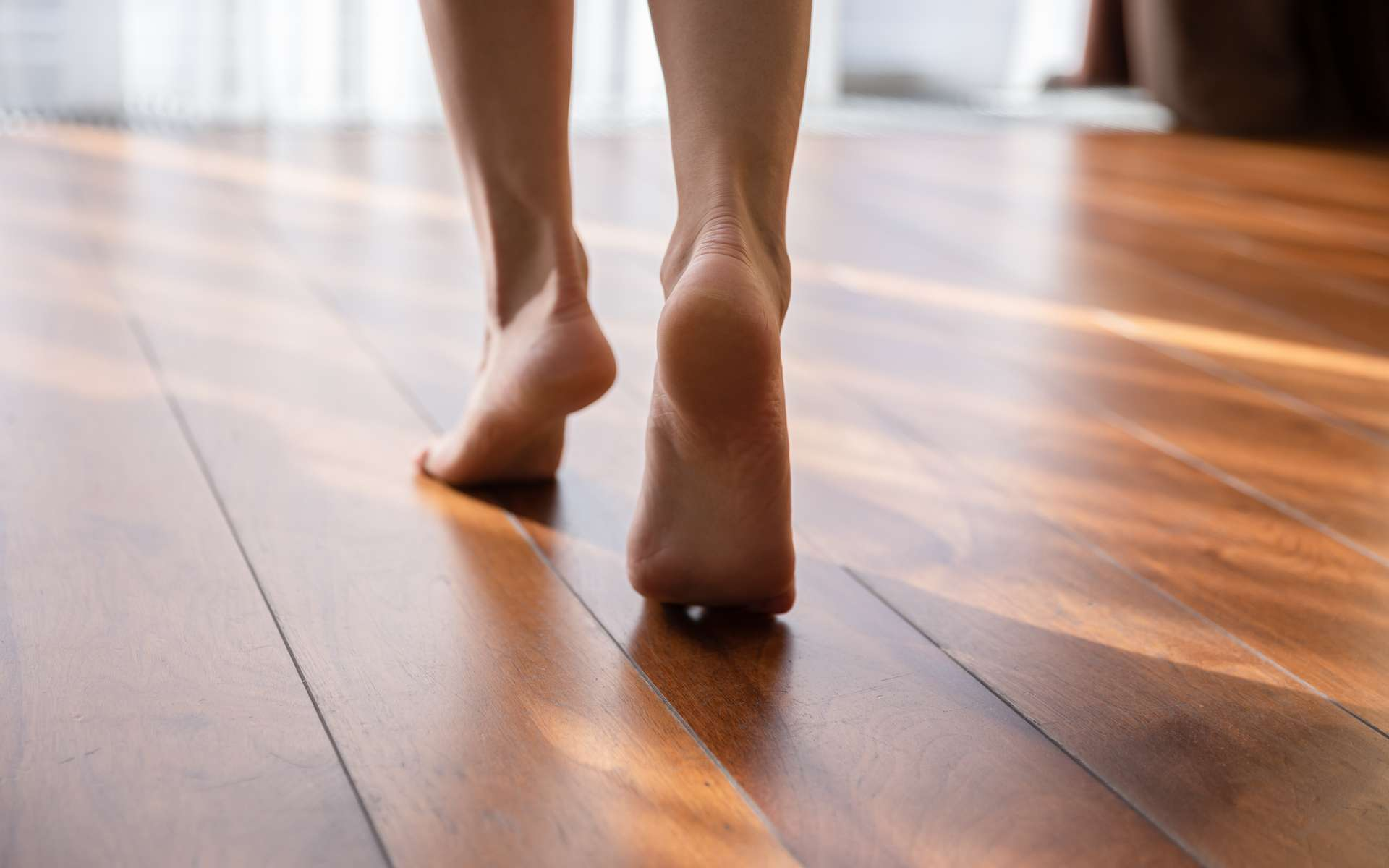 Un nanogénérateur en bois produit de l'électricité en appuyant dessus... à chaque pas. © fizkes, Adobe Stock