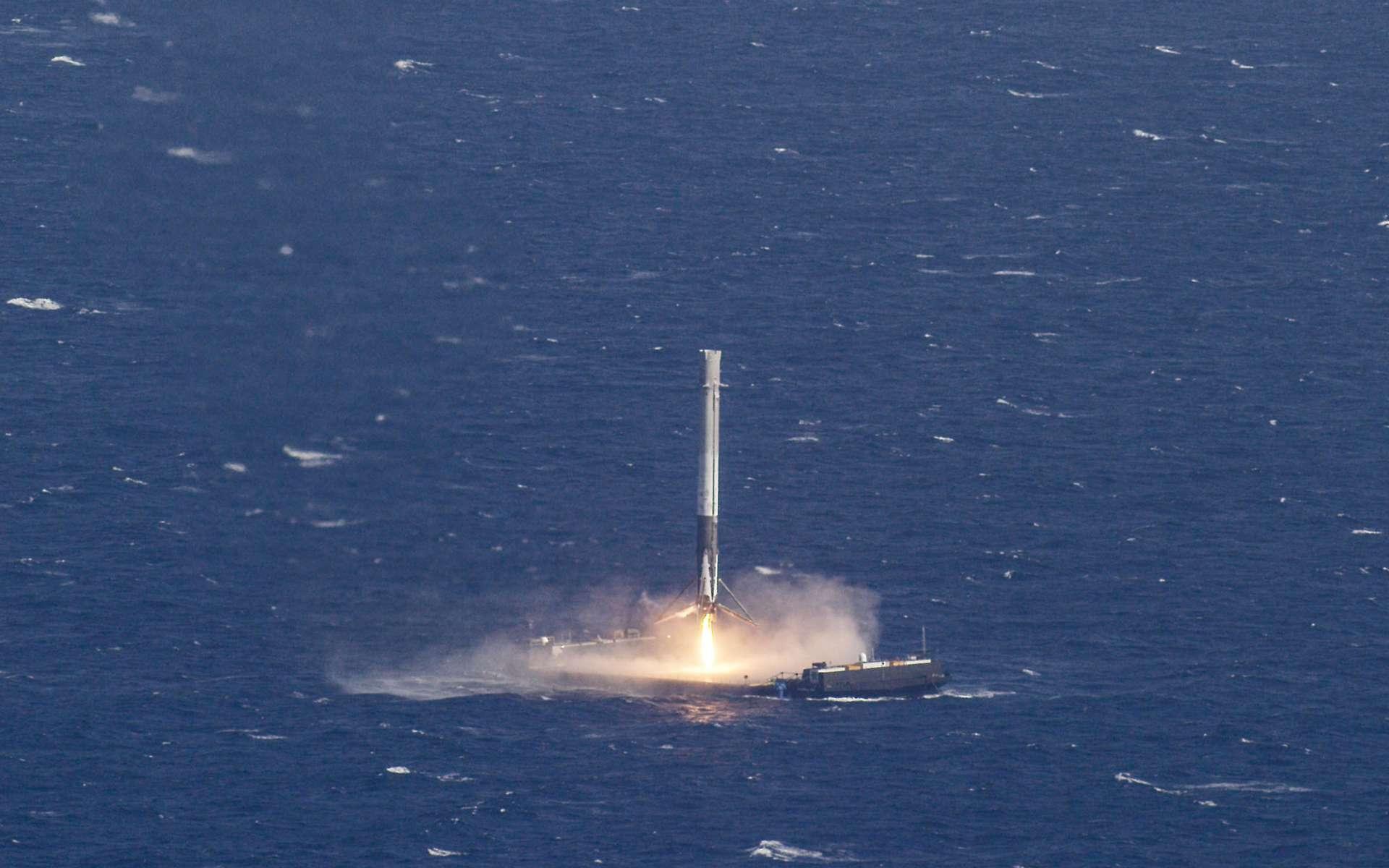 La cinquième tentative de récupérer l'étage principal du Falcon 9 sur une barge en pleine mer aura été la bonne. Elle a eu lieu le 8 avril 2016. © SpaceX
