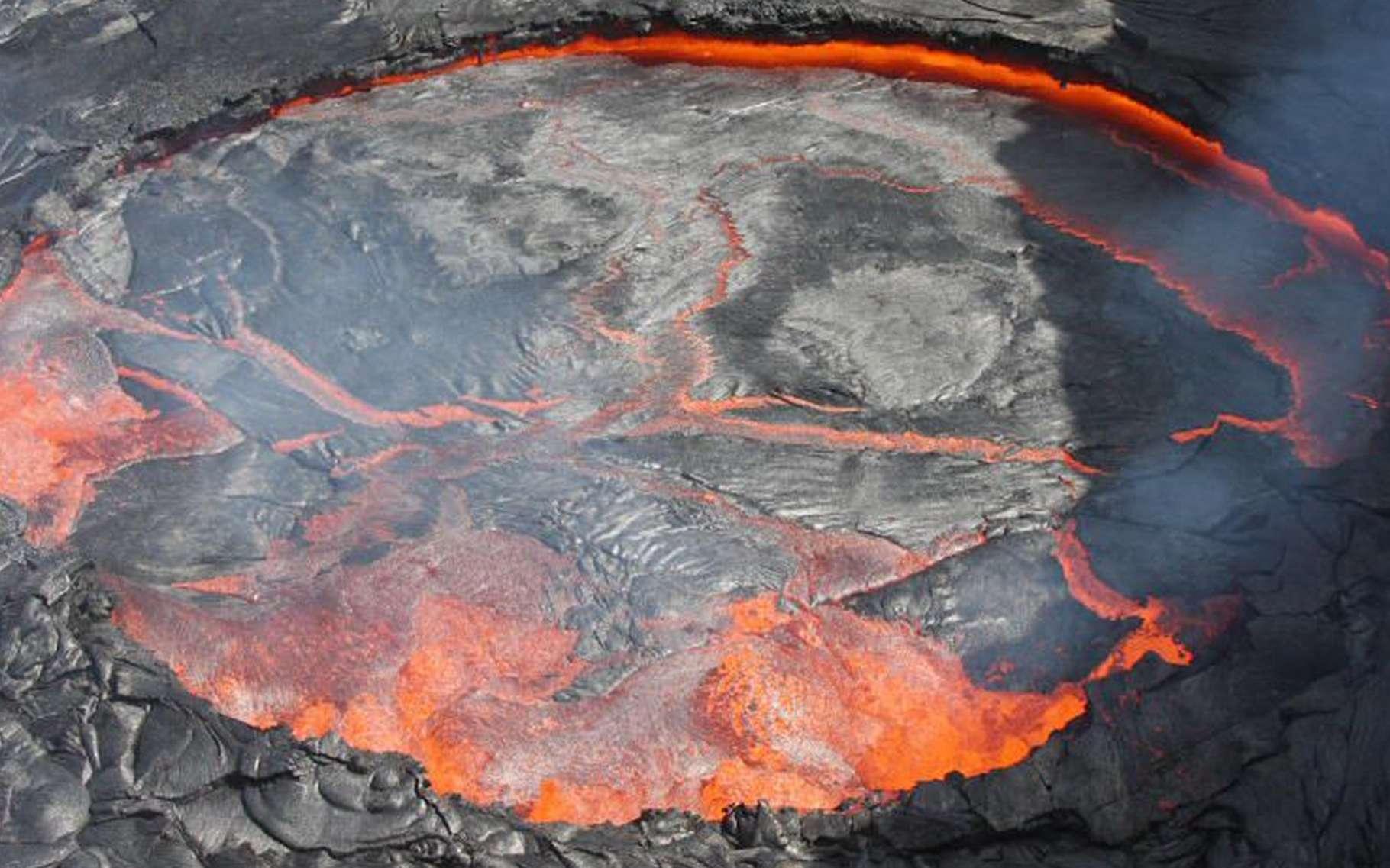 Le célèbre lac de lave permanent de l'Erta Ale, en Éthiopie. Sur sa surface, on peut voir l'équivalent de la tectonique des plaques en accéléré. © Richard Roscoe-photovolcanica.com