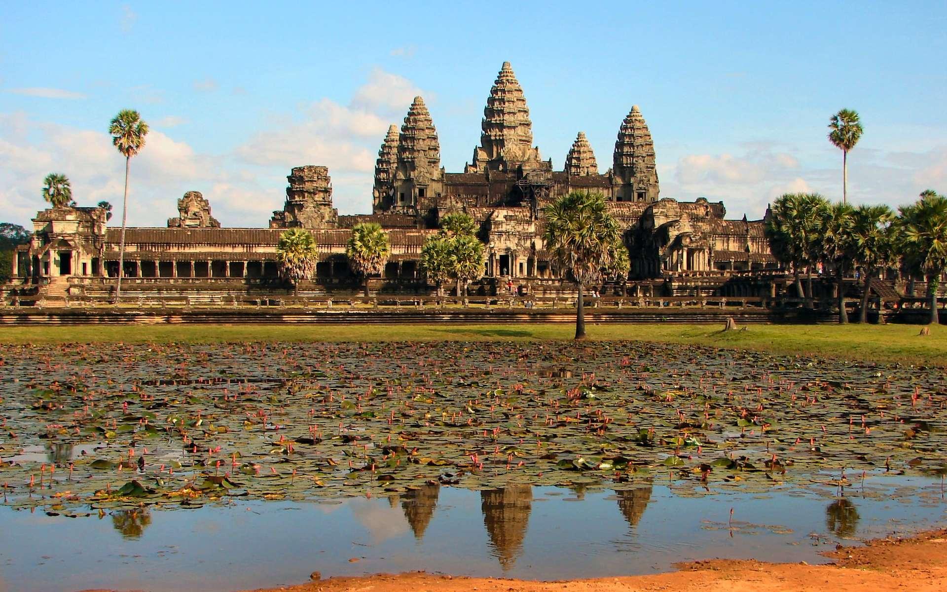 Angkor Vat est le plus grand temple de la cité d'Angkor, et est considéré par beaucoup comme la huitième merveille du monde. Il est devenu le symbole du Cambodge et figure sur le drapeau national. © Bjørn Christian Tørrissen, Wikipédia, GNU 1.2