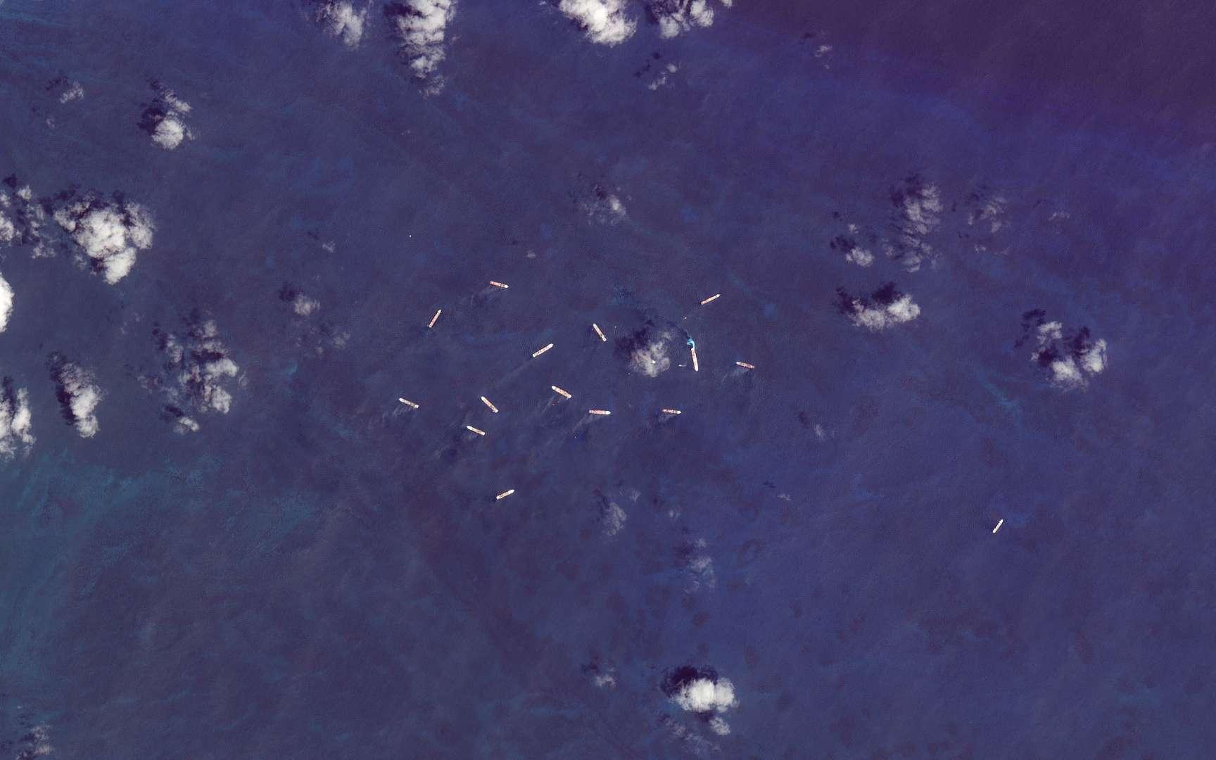 Un groupe de 15 paquebots de croisière au large de Coco Cay, l'île privée de Royal Caribbean. © 2020 Planet Labs, Inc
