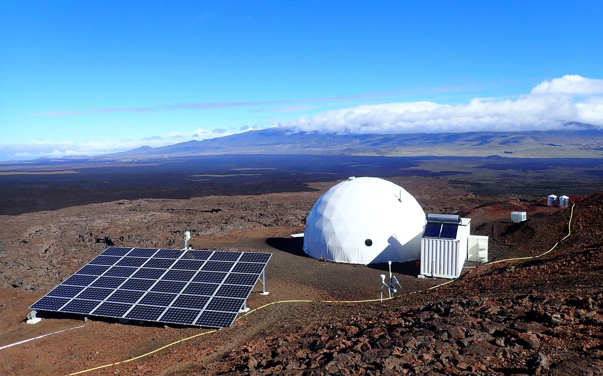 Sur les pentes du volcan Mauna Loa (Hawaï), des chercheurs passent des jours ou des mois dans le dôme de l'Hawai'i Space Exploration Analog and Simulation (HI-SEAS) pour comprendre comme les futurs colons humains pourront vivre sur la Lune ou sur Mars. © HI-SEAS
