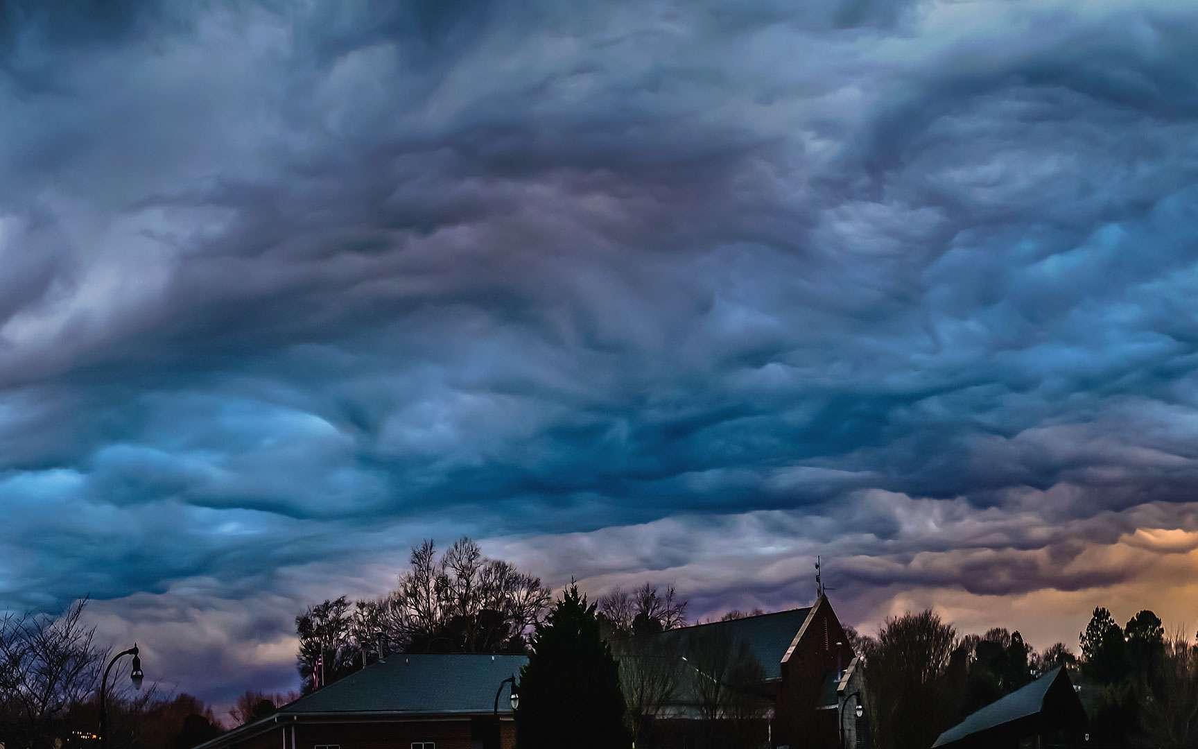D'étranges altocumulus. Tous les nuages ne sont pas si simples à identifier. Celui photographié ici est particulièrement impressionnant. Il s'agit probablement d'un altocumulus castellanus undulatus opacus ; certains l'assimilent à une nouvelle forme de nuage proposée en 2009 à l'Atlas international des nuages : l'asperatus. Lieu : Géorgie, États-Unis. © Bradley Huchteman, Flickr, CC by-nc-nd 2.0