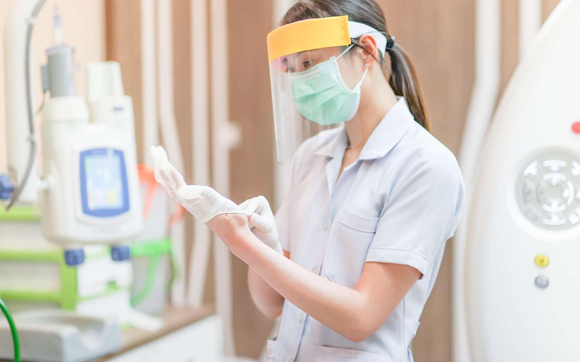Les gants, le masque, la visière de protection sont des EPI portés par les professionnels de santé. © pangoasis, Adobe Stock