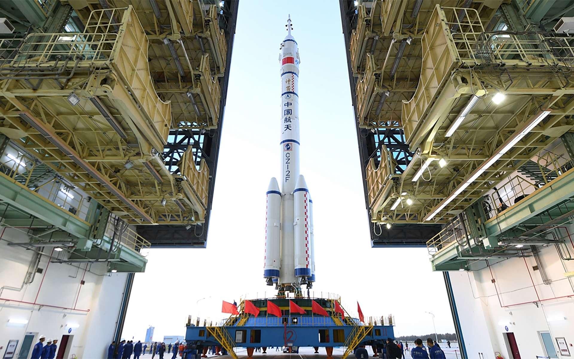 Transfert du lanceur Long March 2F et de Shenzhou 13 sur son pas de tir. © CMSA