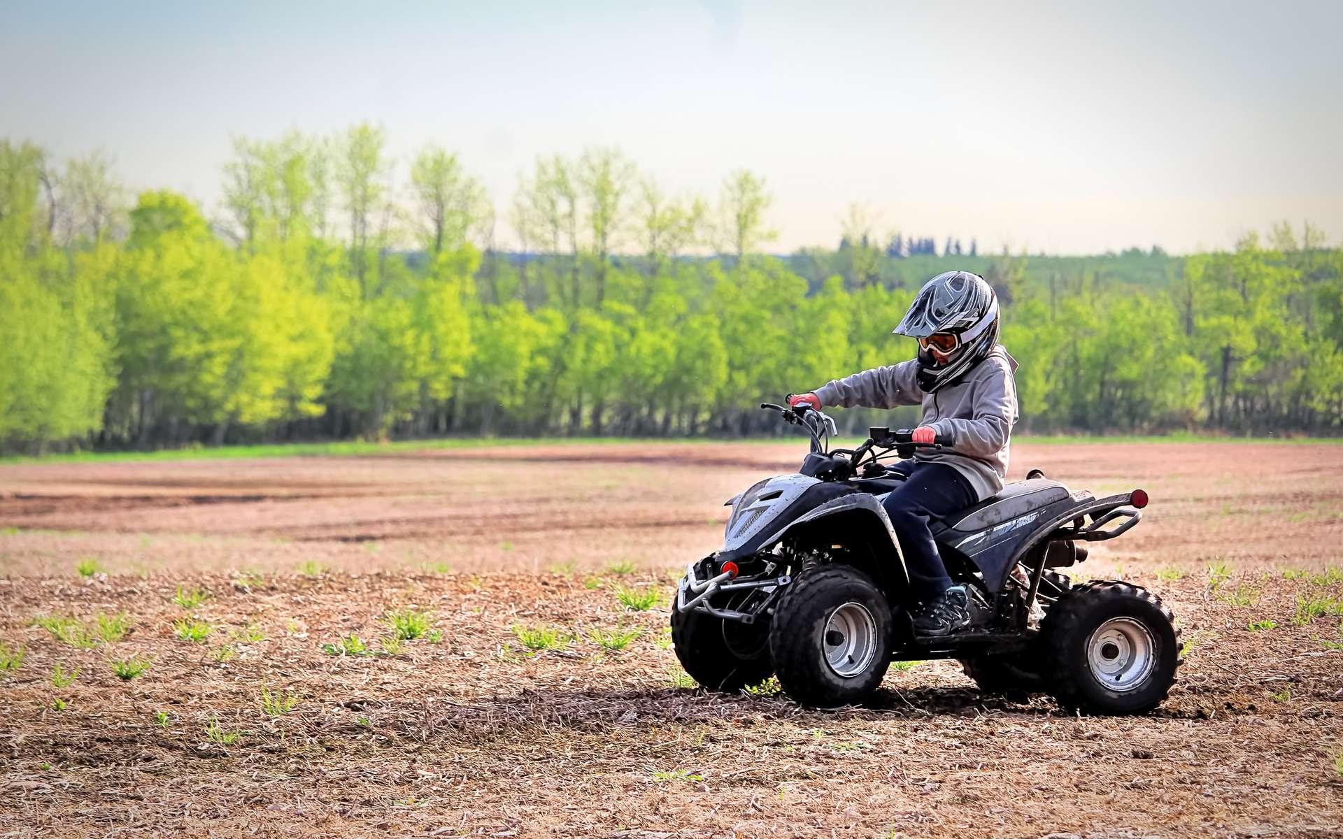 Certains quads électriques pour enfant peuvent être équipés d'un limiteur de vitesse. © Amelia, Adobe Stock