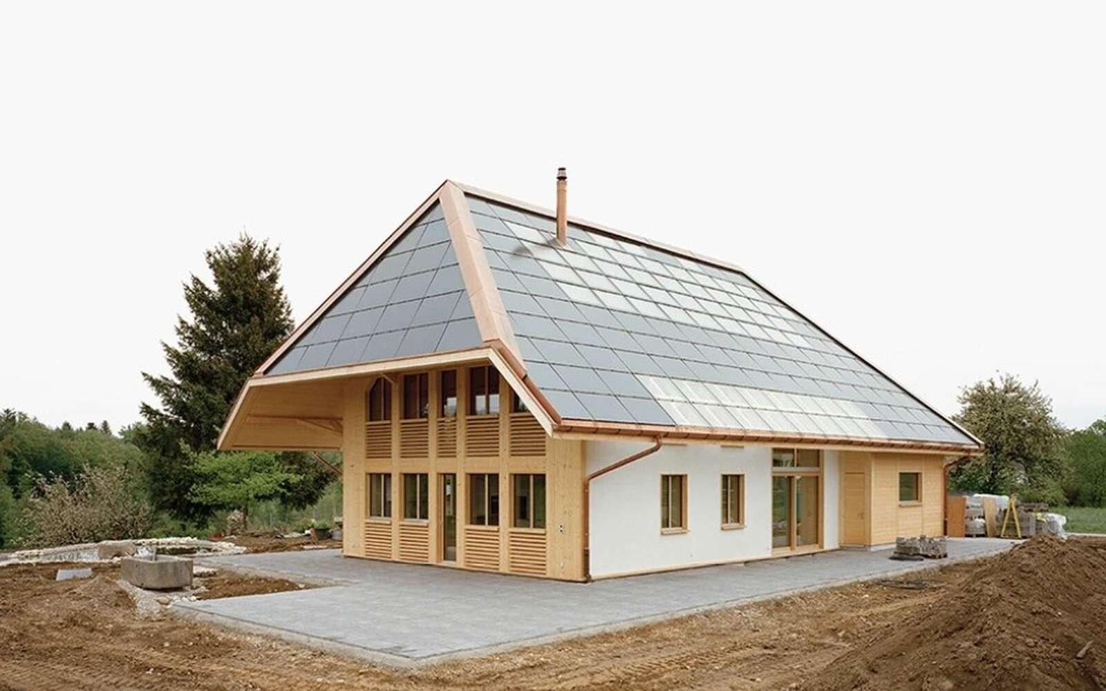 La maison isolée à l'aide de bottes de paille est alimentée en électricité et en eau chaude par les panneaux photovoltaïques de sa toiture. © Atelier Schmidt