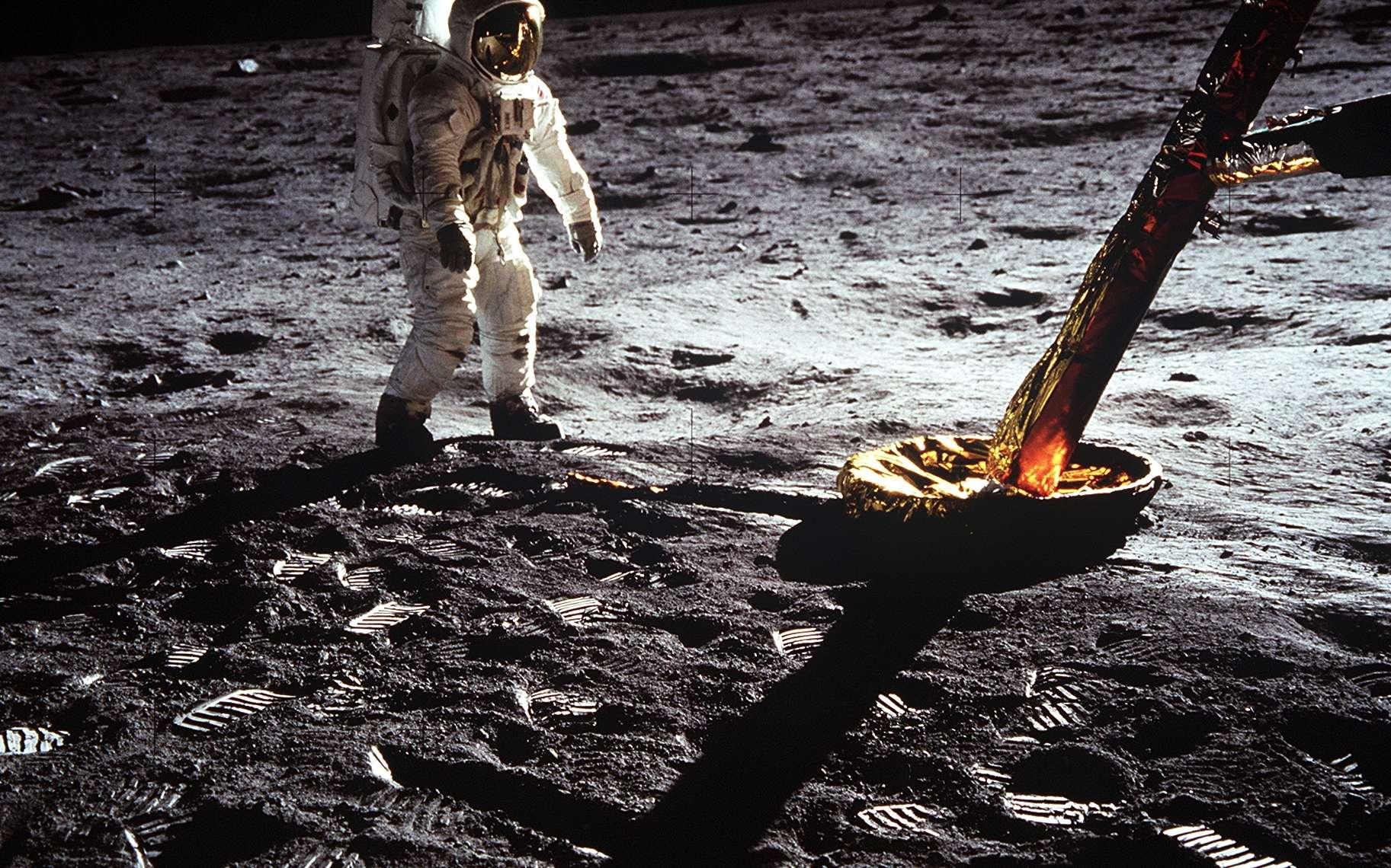 Autre image iconique du ce premier voyage à la surface de la Lune : ici, Buzz Aldrin qui prend la pause près d'un des pieds du module lunaire Eagle. Photo prise par Neil Armstrong. Des dizaines de traces de pas tout autour d'eux.© Nasa