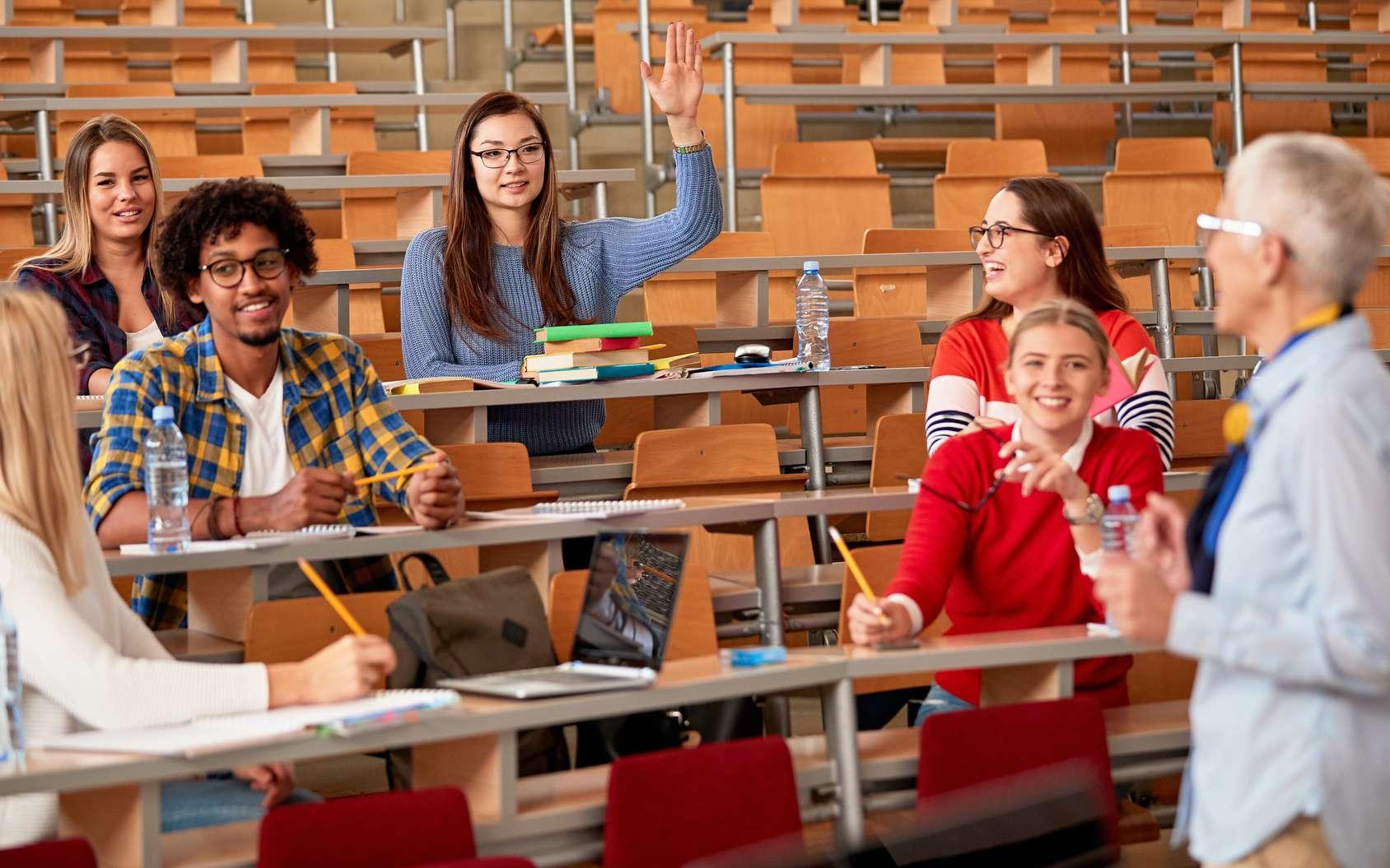 L'enseignant-chercheur intervient dans l'enseignement supérieur en assurant environ 128 heures de cours magistraux par an. © luckybusiness, Fotolia.