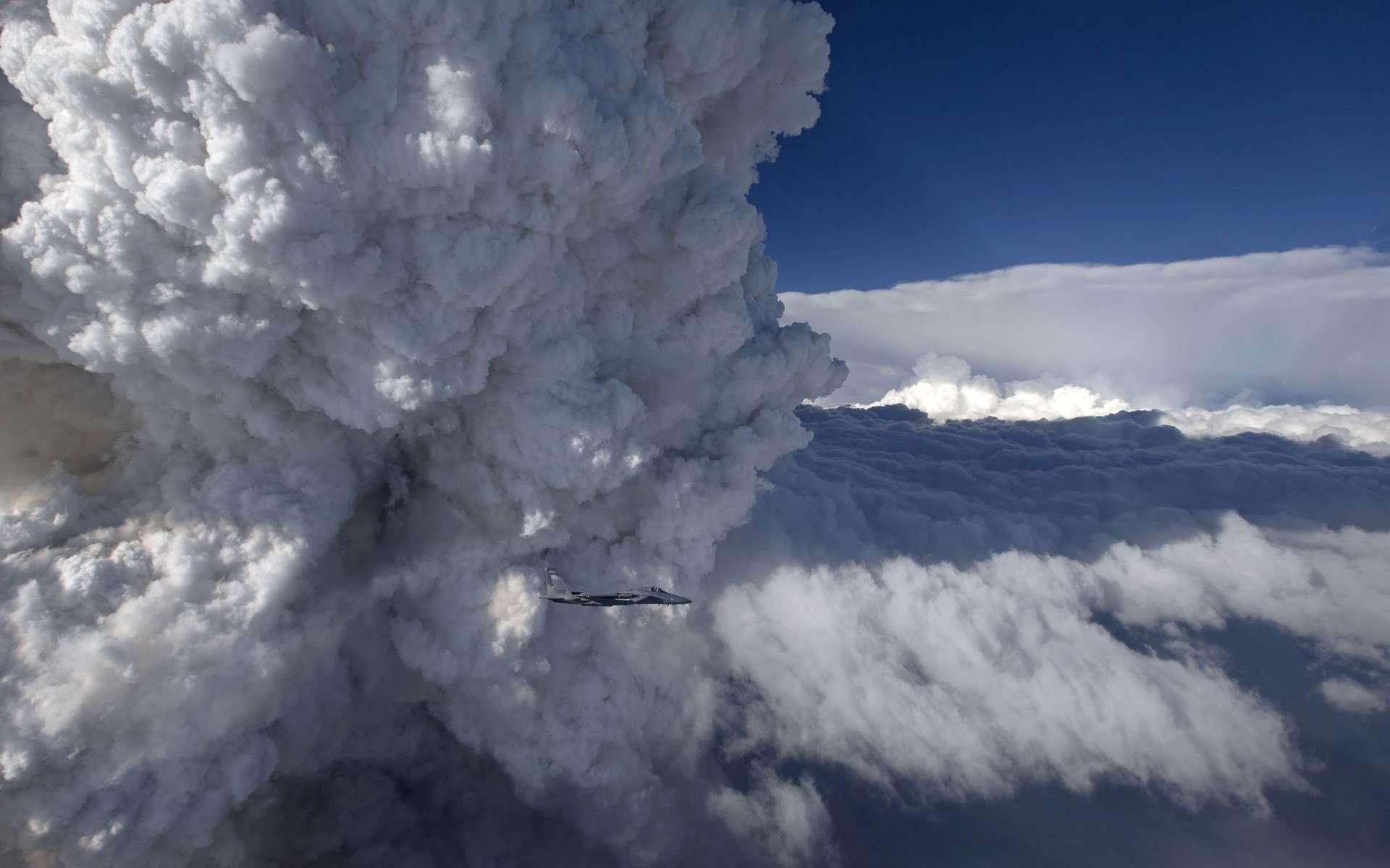 Un pyrocumulus est un nuage qui se forme au-dessus d'une source de chaleur intense, comme des feux de forêt ou des éruptions volcaniques. © James Haseltine, Oregon Air National Guard