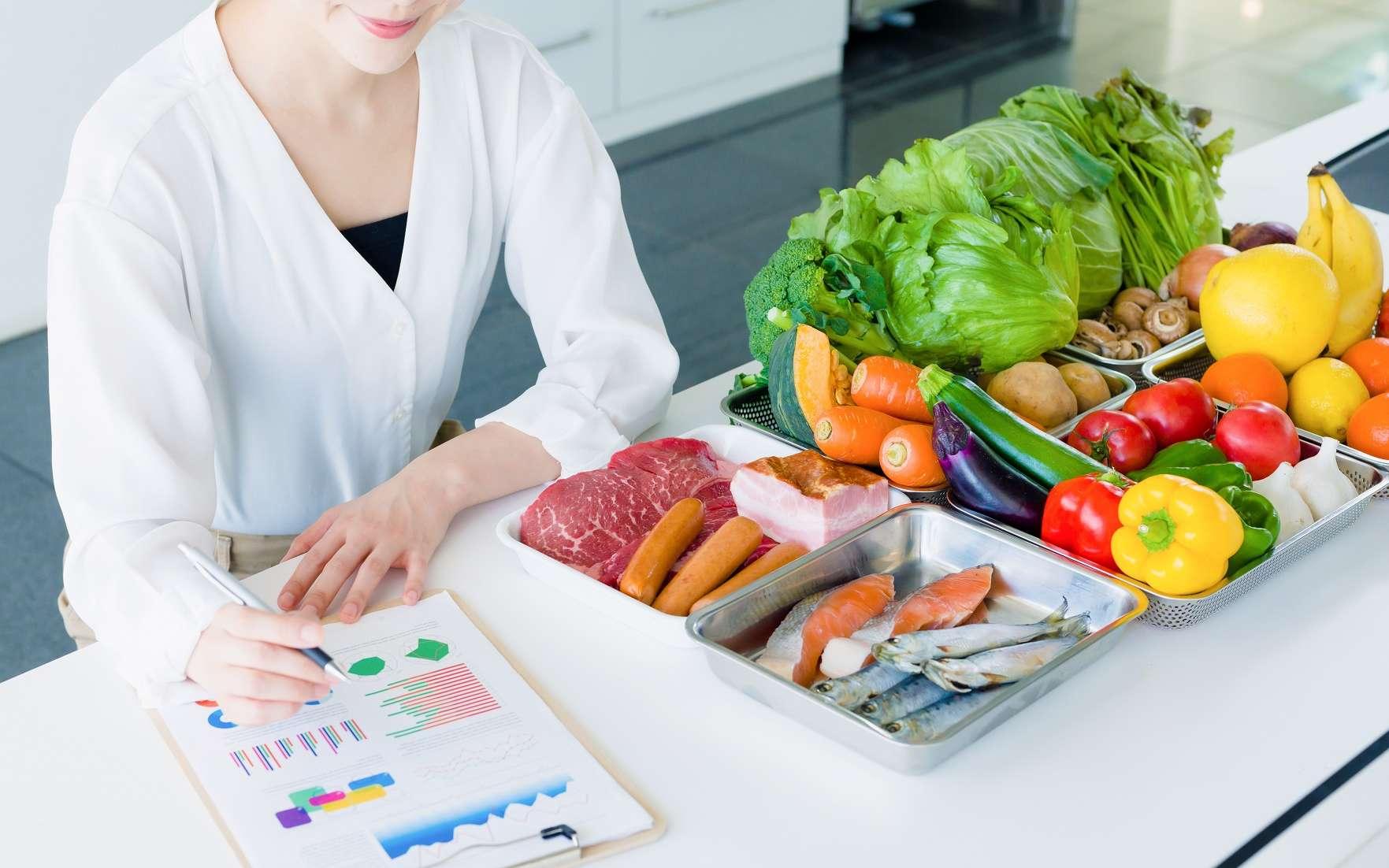Professionnel du secteur paramédical, le diététicien est un spécialiste de la nutrition et de l'équilibre alimentaire. © metamorworks, Adobe Stock.